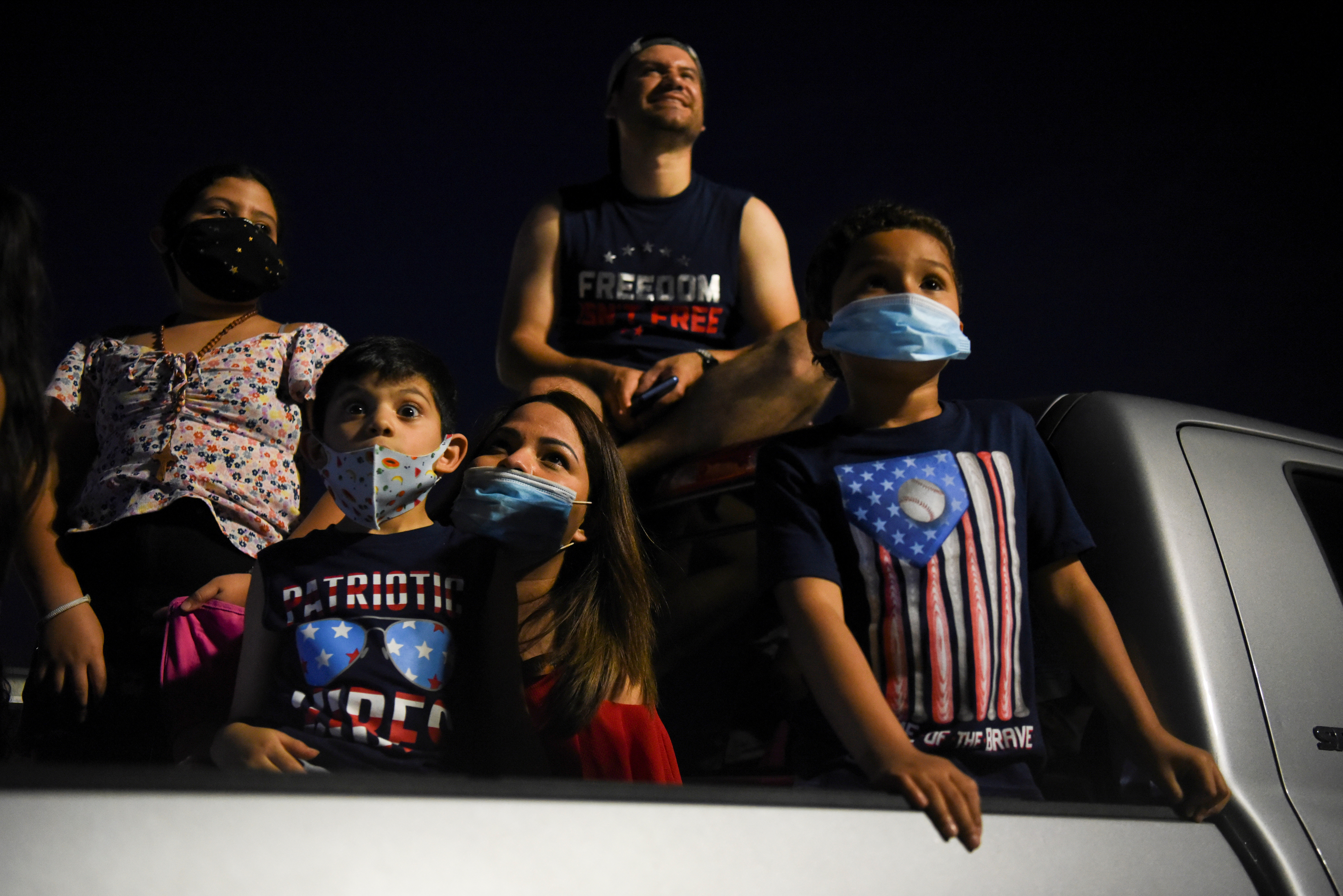 Una familia mirando los fuegos artificales