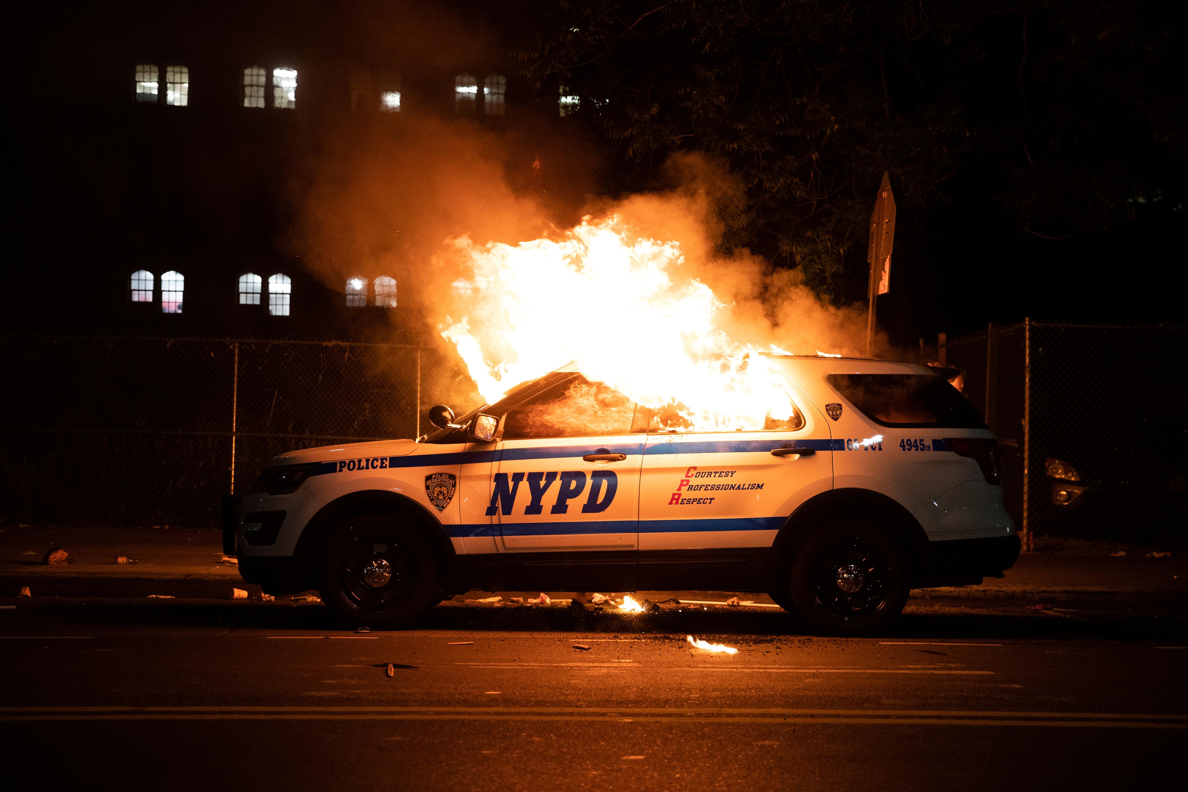 Un patrullero incendiado en Brooklyn