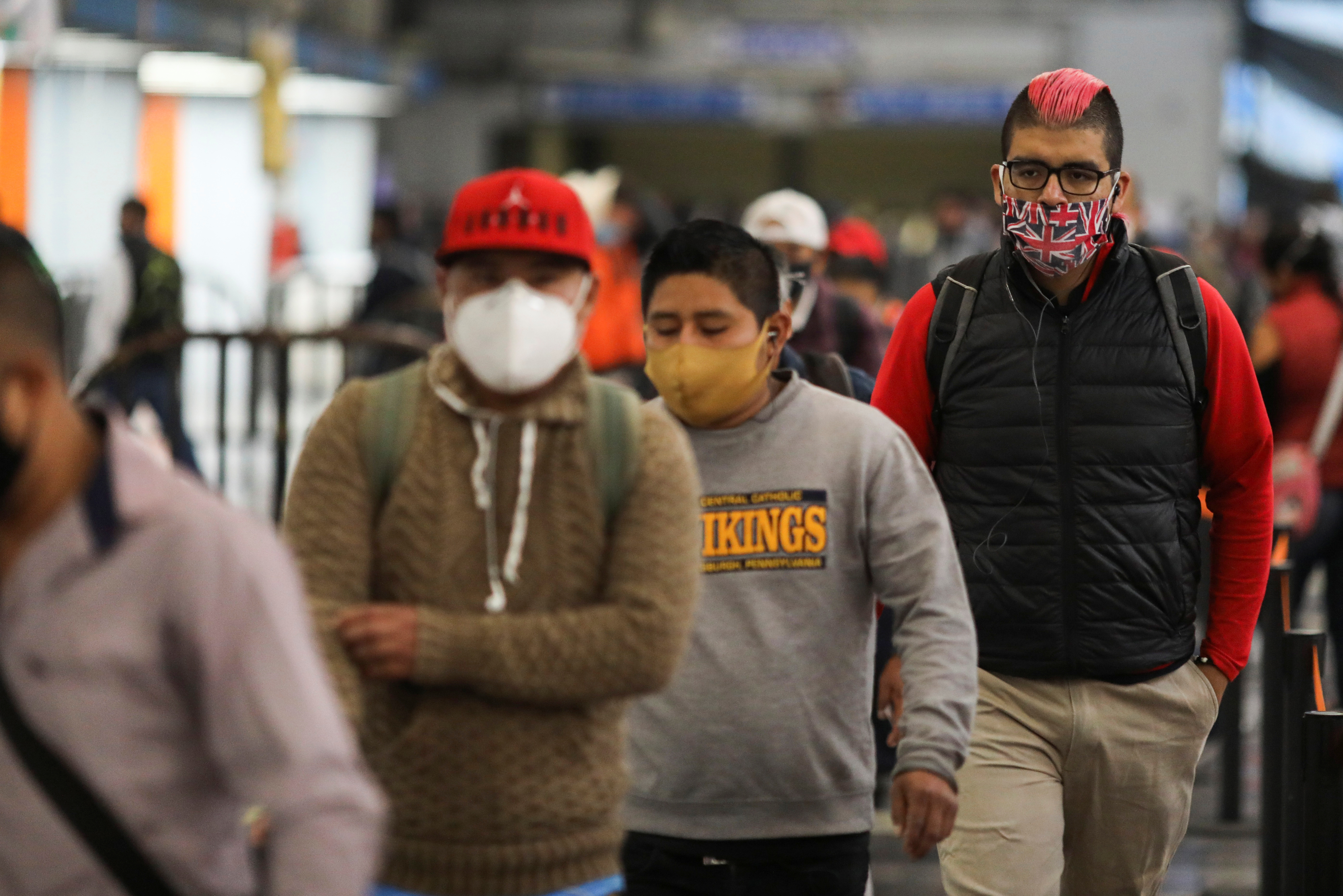 Las personas con máscaras protectoras caminan dentro de una estación de metro después de que el gobierno de la ciudad levantó las restricciones sobre el tráfico de automóviles y el transporte público junto con las obras de la fábrica, para reanudar bajo estrictas protecciones sanitarias. Junio 15, 2020. Foto: Reuters.