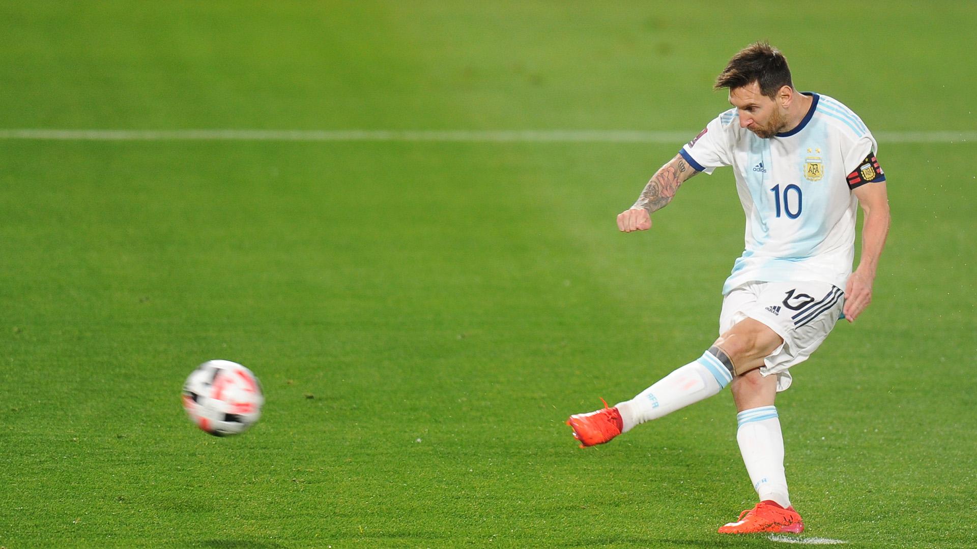 La pelota se llena de la zurda de Messi en el 1-0 (JUANO TESONE / POOL)