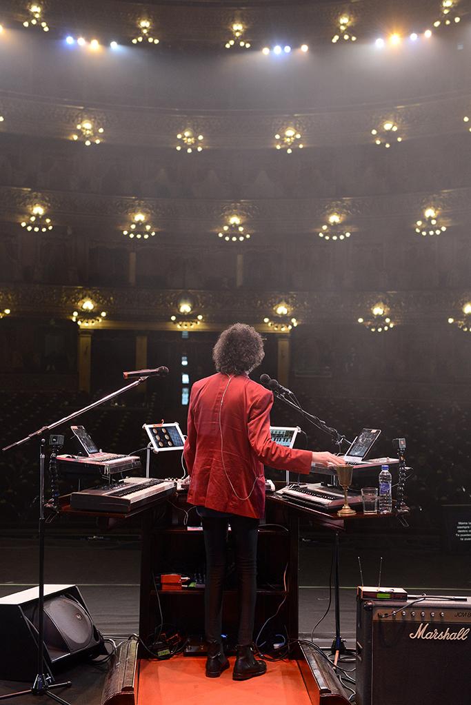 Charly García el día que tocó en el teatro Colón. En el colegio Dámaso Centeno formó su primera banda: To Walk in Spanish