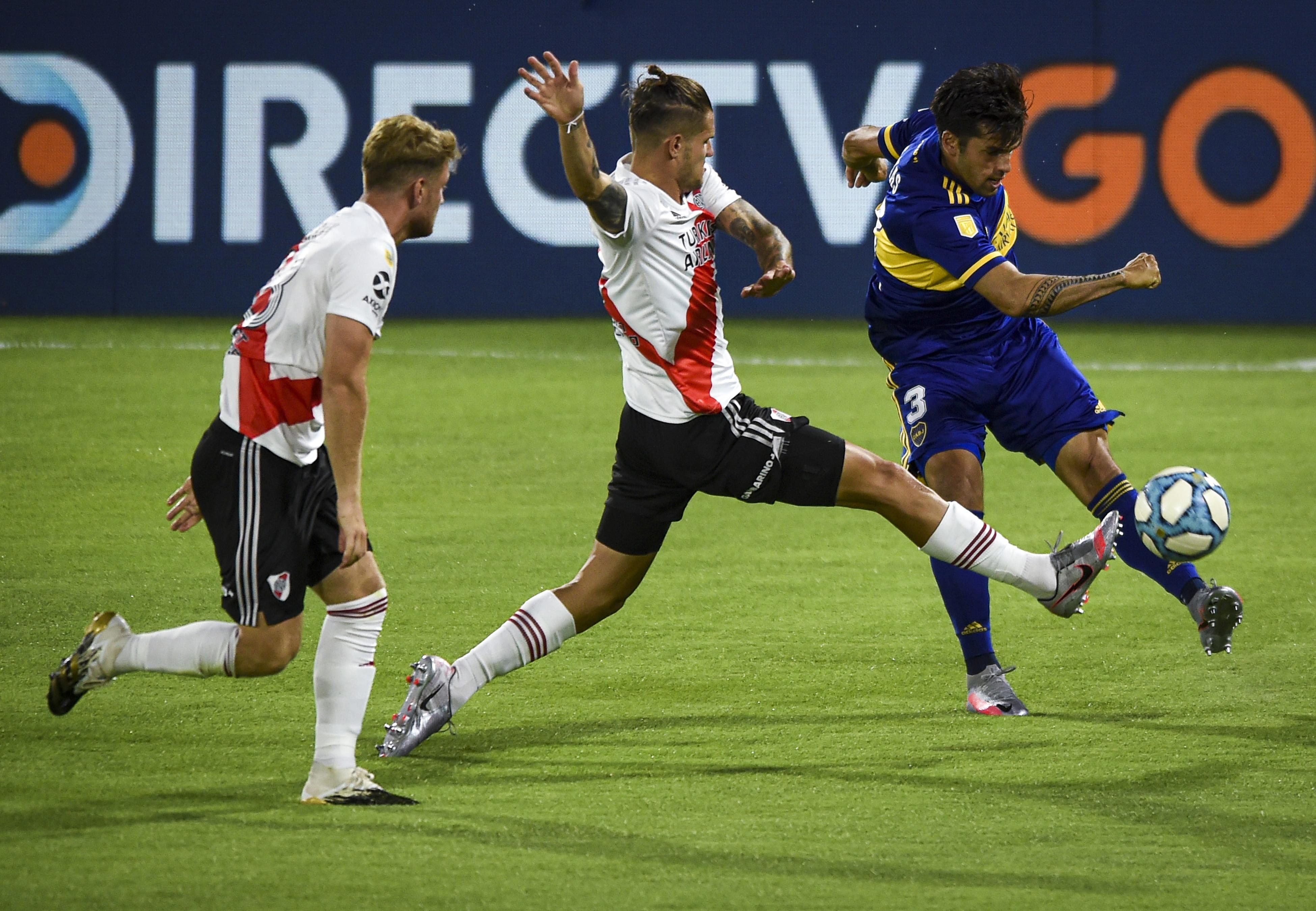 Zuculini intenta asfixiar a Mas, que apela al rechazo para eliminar el peligro (REUTERS/Marcelo Endelli)