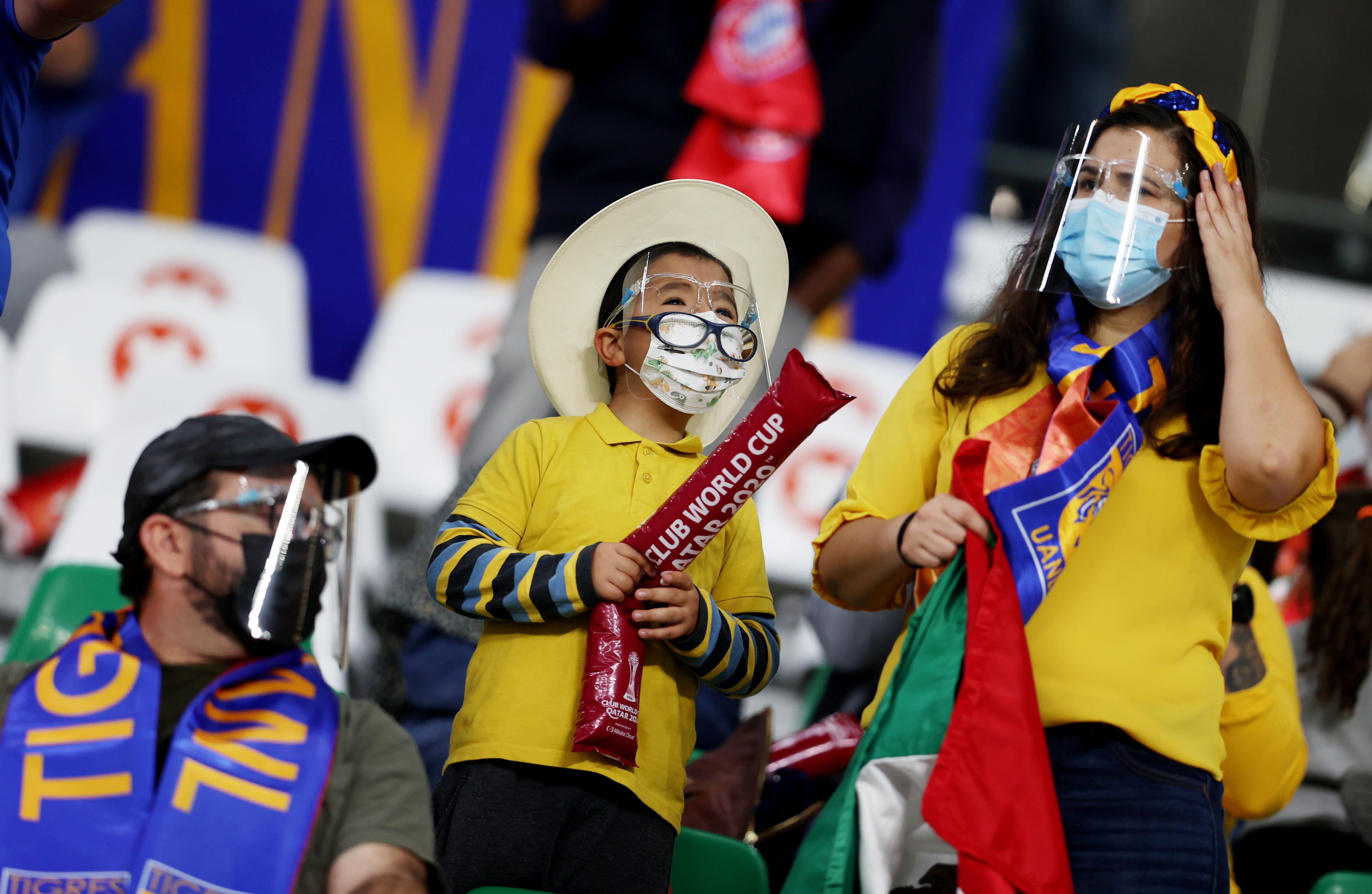 Seguidores de Tigres con caretas dentro del estadio. Estadio Ciudad de la Educación en Rayán, Catar