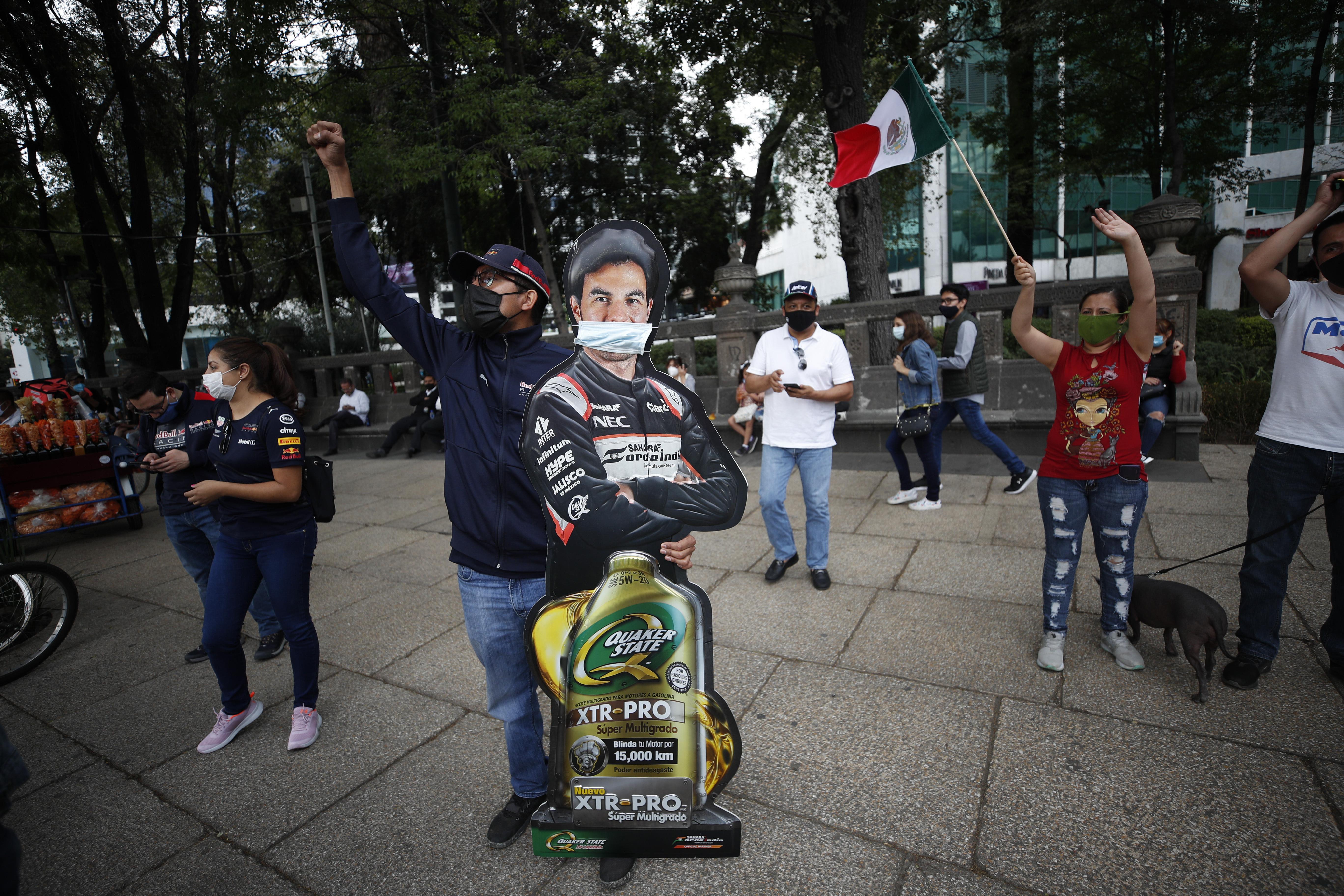 Un hombre sostiene un cartón promocional de Sergio