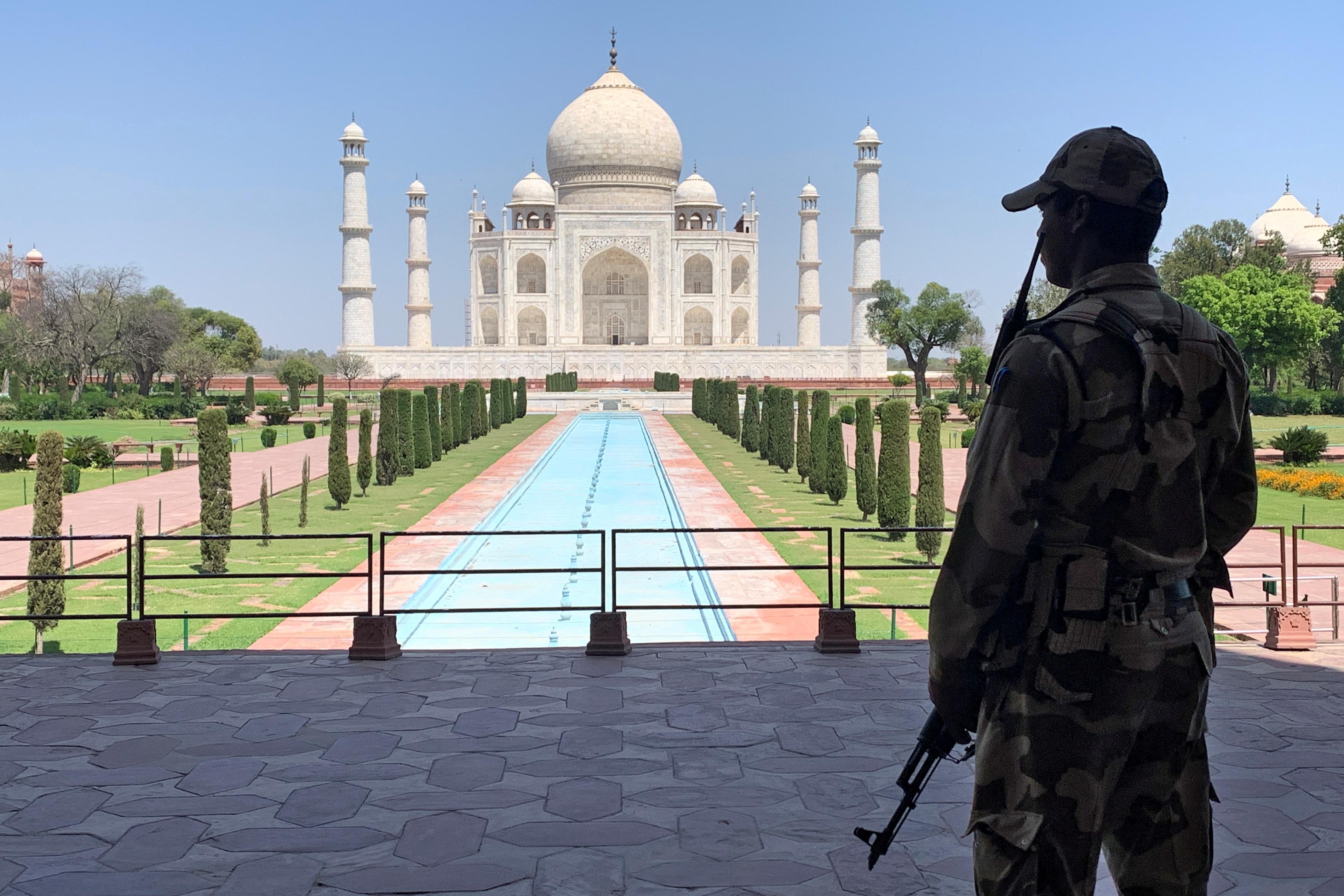 Un personal de seguridad privada custodia en la soledad el histórico e imponente Taj Mahal (REUTERS/Sunil Kataria/File Photo)