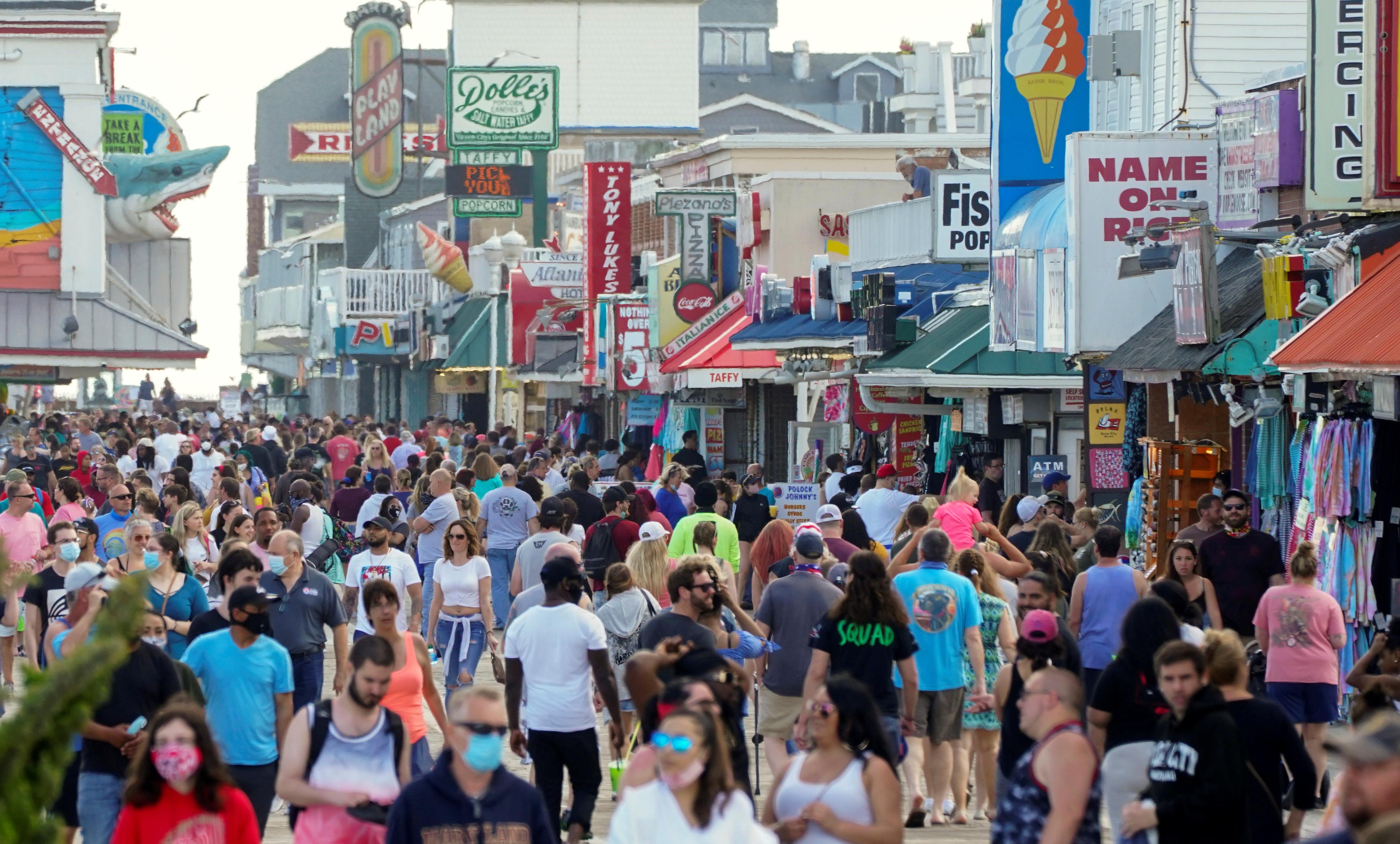 Paseo comercial muy concurrido en Ocean City, Maryland
