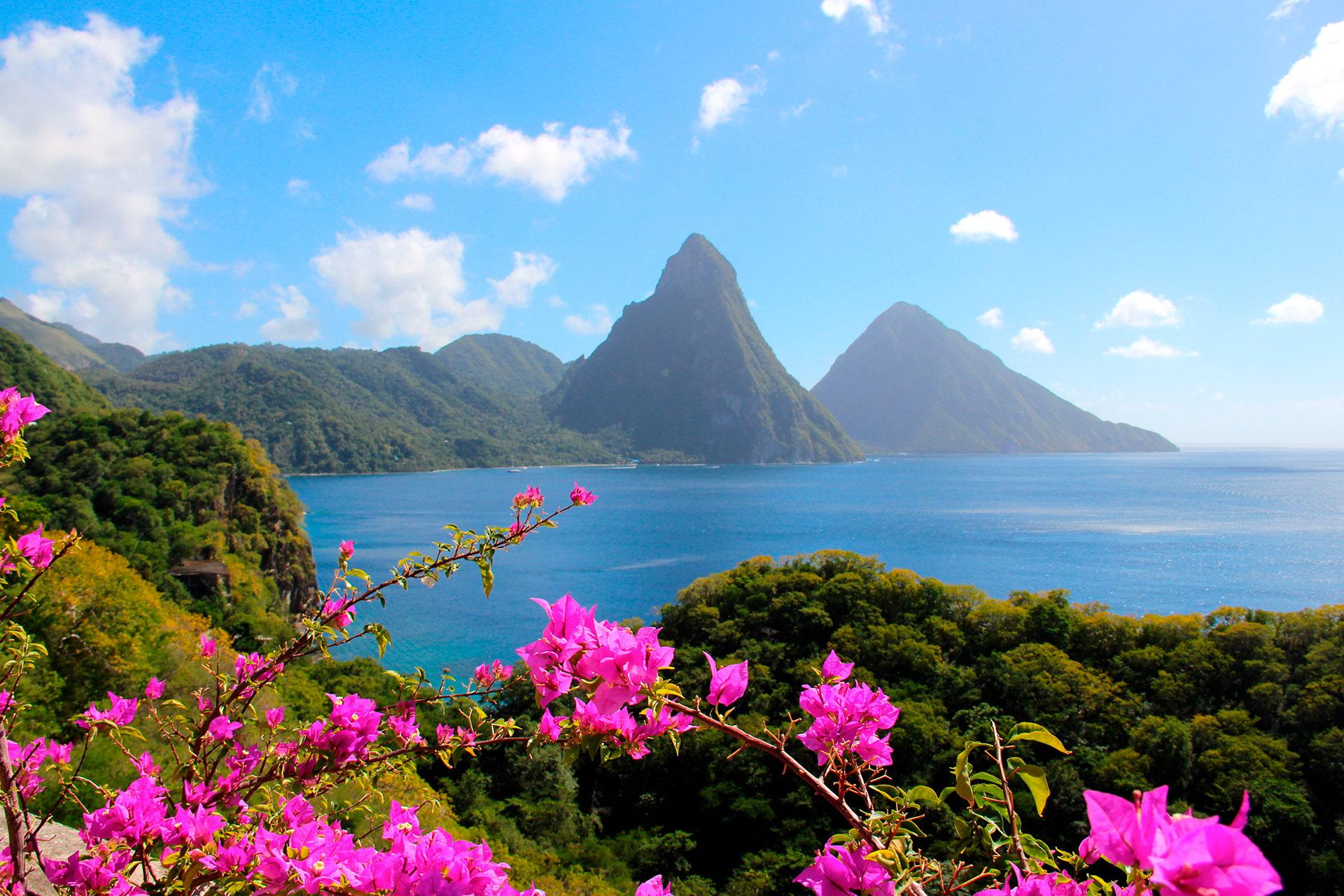 El paisaje de Santa Lucía se puede resumir en un sitio asombroso: un dúo de impresionantes agujas conocidas como Pitons. Los dos picos volcánicos, Gros Piton y Petit Piton, son los lugares más emblemáticos de la isla y los visitantes pueden disfrutarlos de diversas formas. Una experiencia absoluta en la lista de deseos tiene que ser caminar por las montañas, una actividad que toma la mayor parte del día