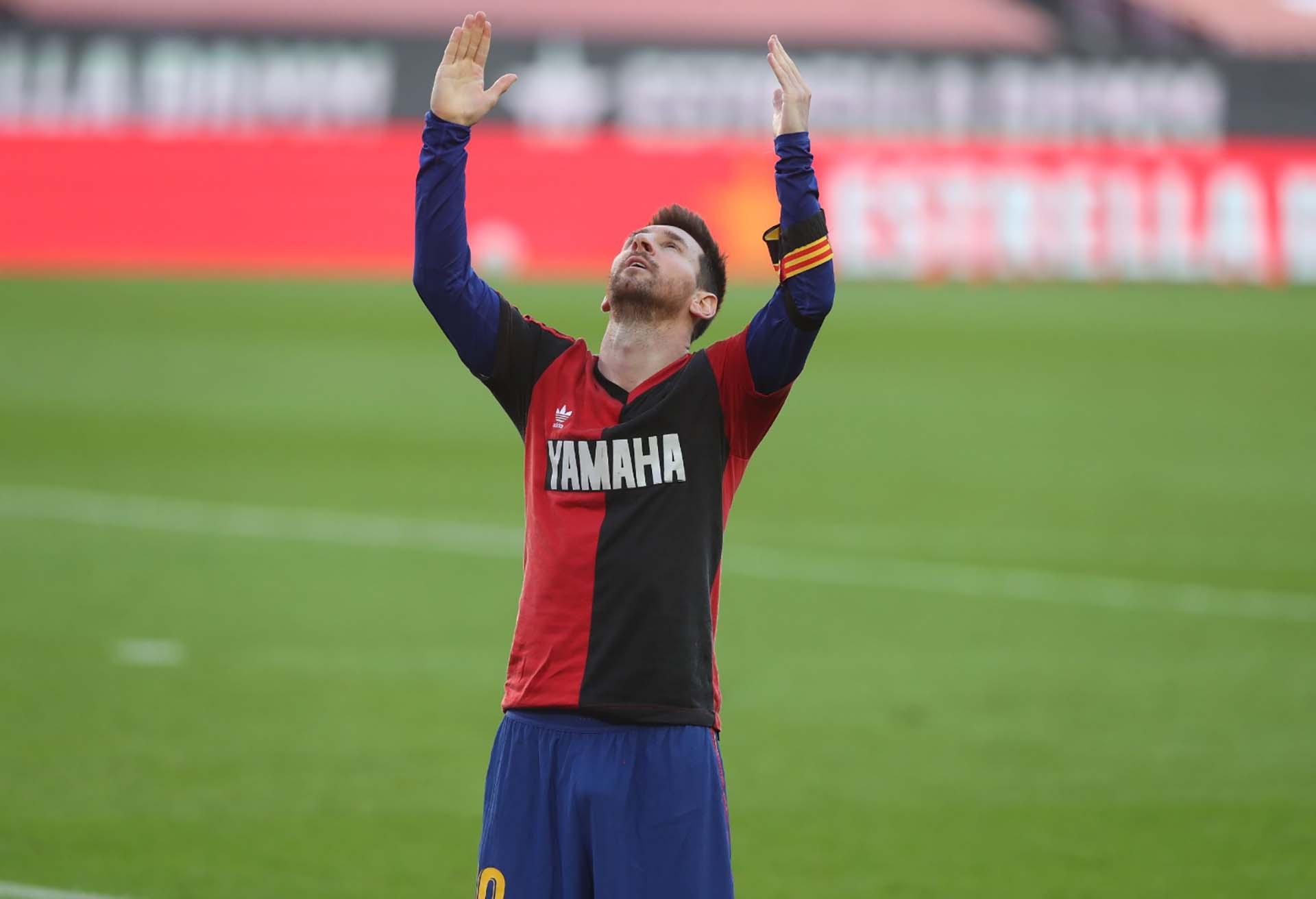 El 29 de noviembre, Lionel Messi brindó un emotivo tributo al astro argentino al dedicarle un gol en el triunfo de Barcelona sobre Osasuna por la undécima fecha de La Liga de España, donde mostró la camiseta