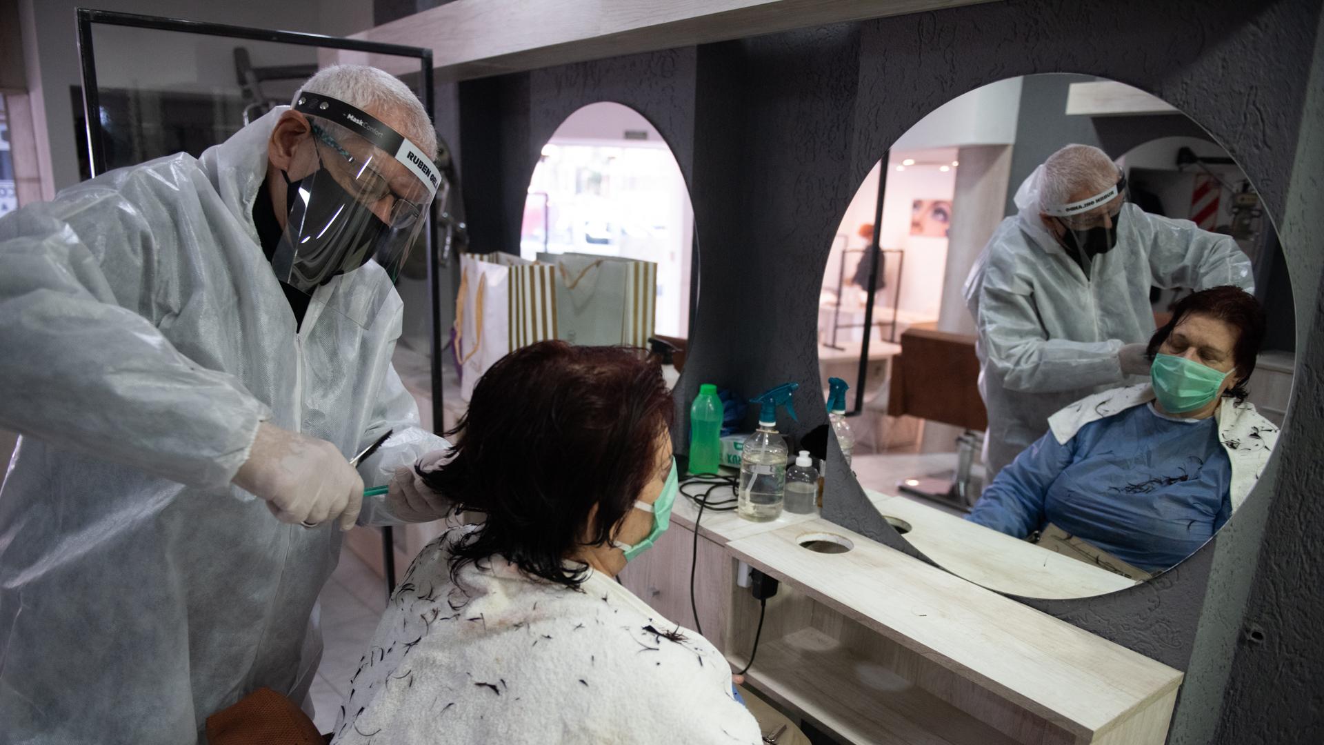 Los nuevos protocolos. En este caso, en la peluquería de Rubén Orlando (Adrián Escandar)