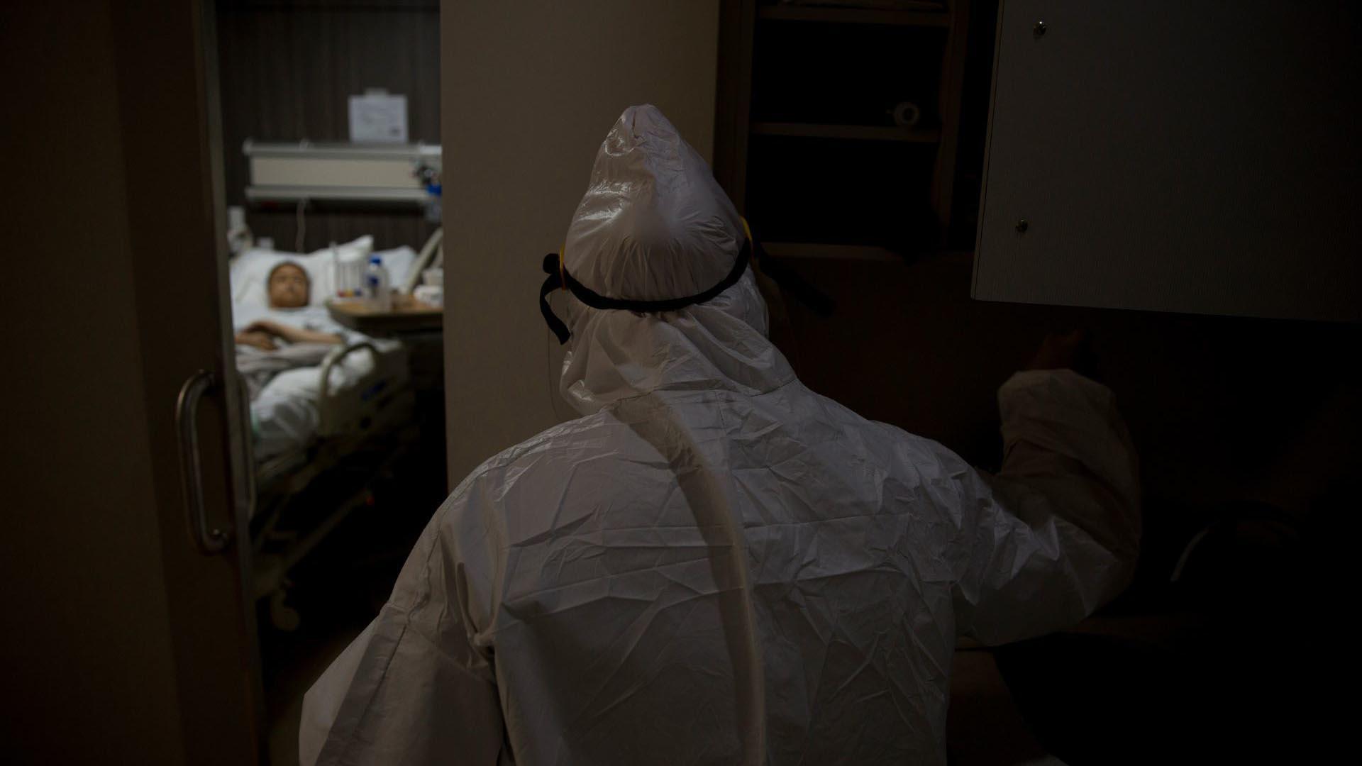 Una enfermera asignada a la unidad Unidad de Cuidados Intensivos (UCI) se acerca a una mujer que presenta un cuadro de COVID-19 (Foto: Cuartoscuro/Omar Martínez)