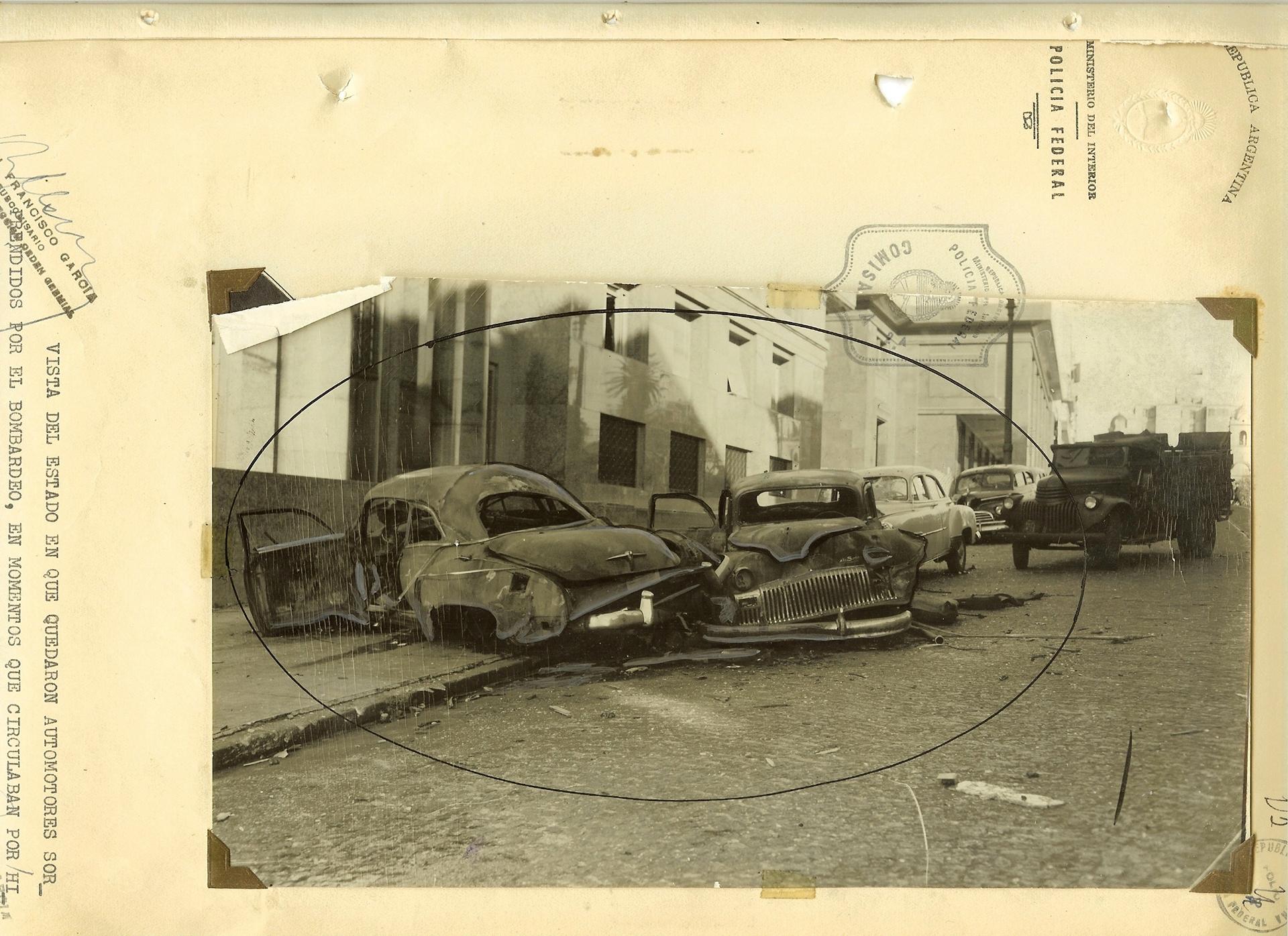 Autos quemados sobre la calle Hipólito Yrigoyen.
