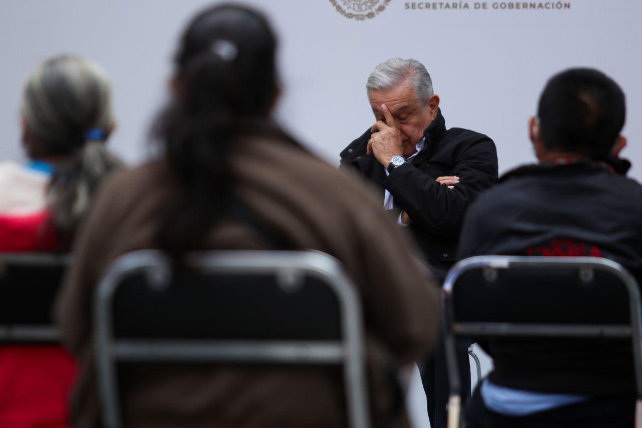 """A seis años de la desaparición forzada de los 43 normalistas de la Normal Rural """"Raúl Isidro Burgos"""" de Ayotzinapa, Guerrero, el gobierno federal, encabezado por Andrés Manuel López Obrador, ofreció un informe con los avances de la nueva investigación iniciada durante su mandato. La cual reconocieron las propias madres y padres de los estudiantes que se encamina a averiguar la verdad, así como la caída completa de la llamada """"Verdad Histórica""""."""