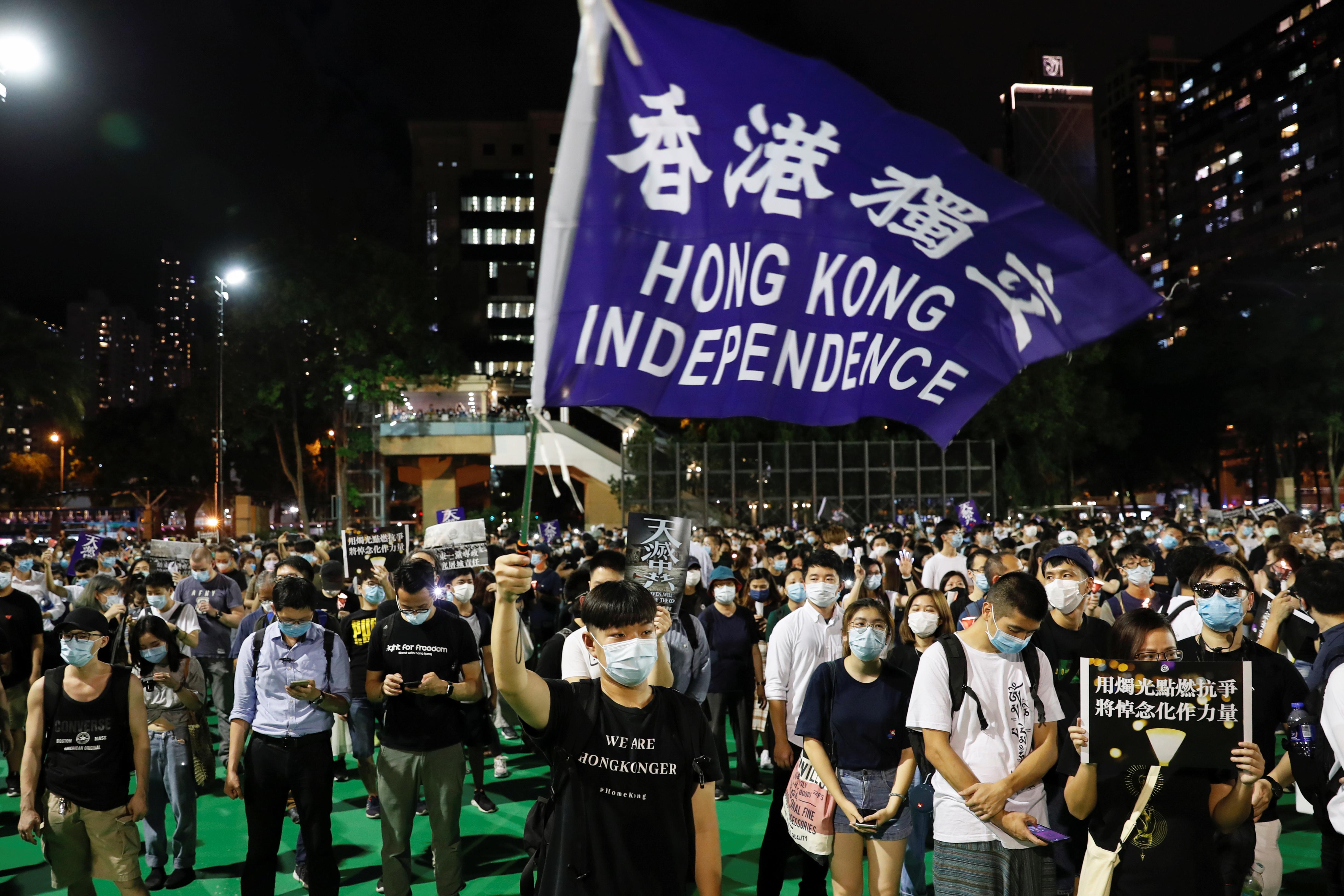Poco después, los miembros de la Alianza de Hong Kong de Apoyo a los Movimientos Democráticos Patrióticos de China, que cada año organiza la vigilia, invitaron a guardar a las 20:09 hora local (12:09 GMT) un emocionante minuto de silencio en memoria de las víctimas (REUTERS/Tyrone Siu)