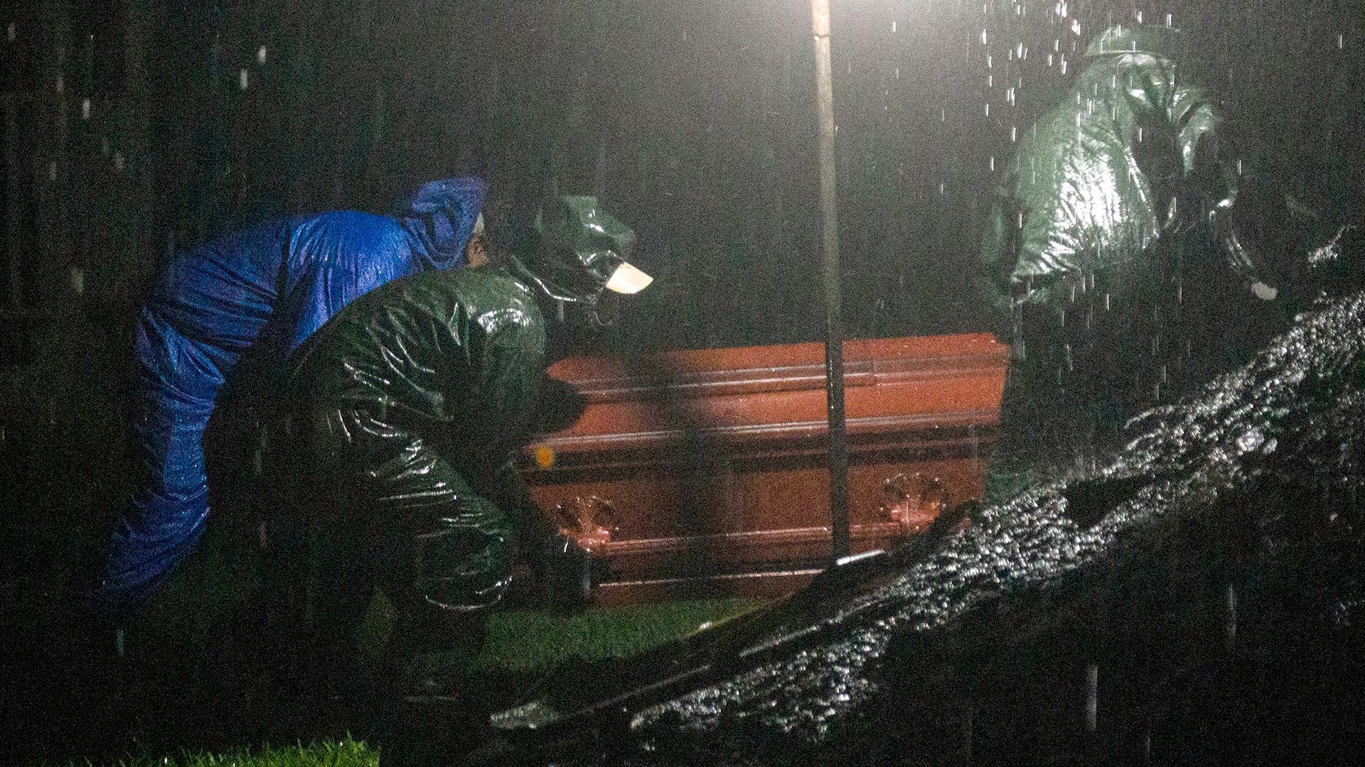 Sepultureros llevan un ataúd para ser enterrado en Managua, Nicaragua, en una nueva noche de