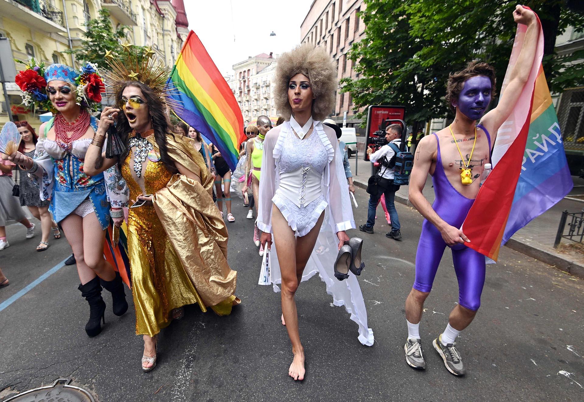 Los participantes cantan eslóganes mientras caminan con banderas de arco iris durante el desfile anual del Orgullo en Kiev, Ucrania, el 23 de junio de 2019. Más de 8.000 personas acudieron en medio de una estricta seguridad mientras activistas de extrema derecha intentaban interrumpir la celebración, según los organizadores