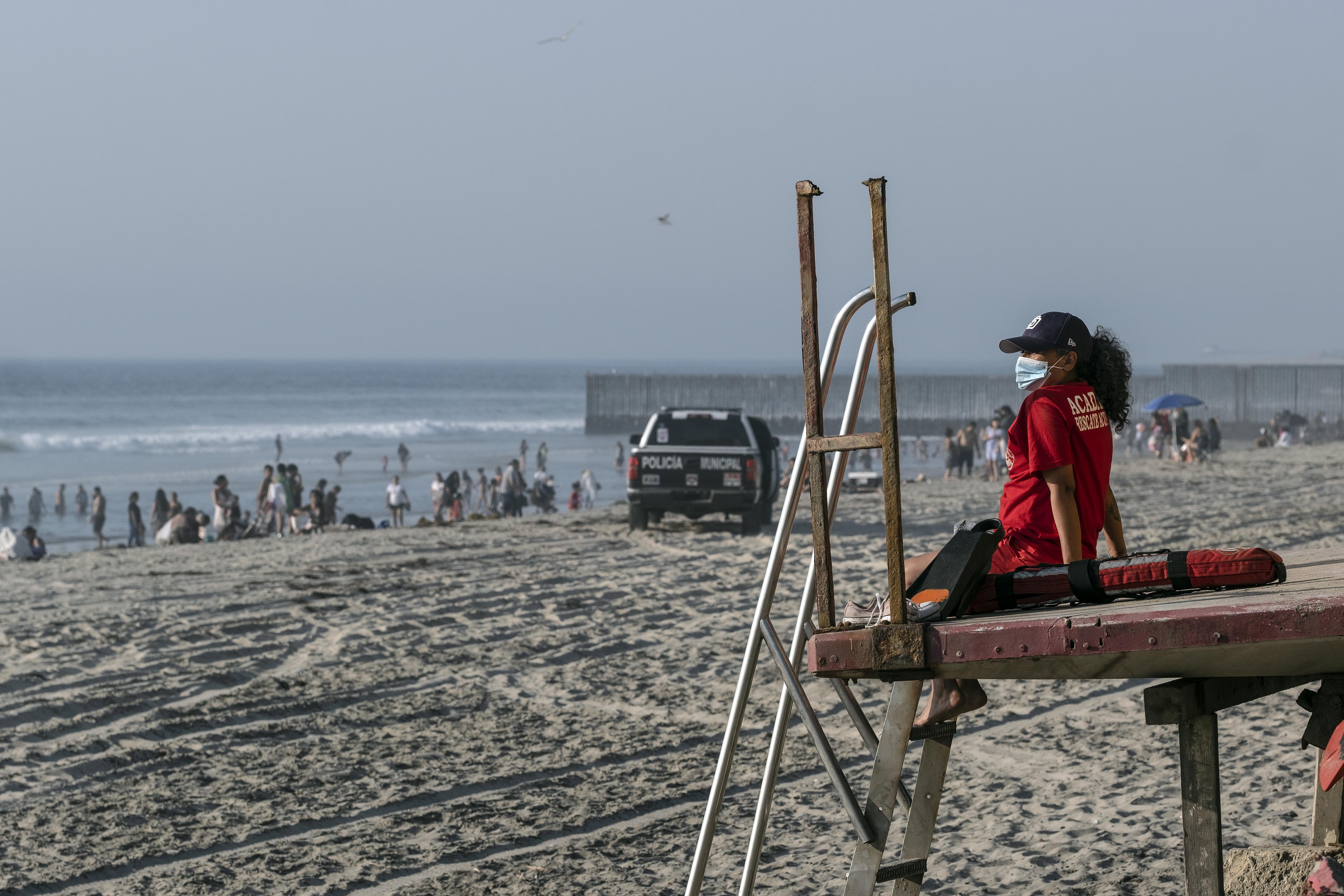 Un salvavidas trabaja en la playa de Playas de Tijuana cerca de la frontera entre Estados Unidos y México en Tijuana, estado de Baja California, México, el 3 de octubre de 2020, en medio de la pandemia del coronavirus COVID-19.