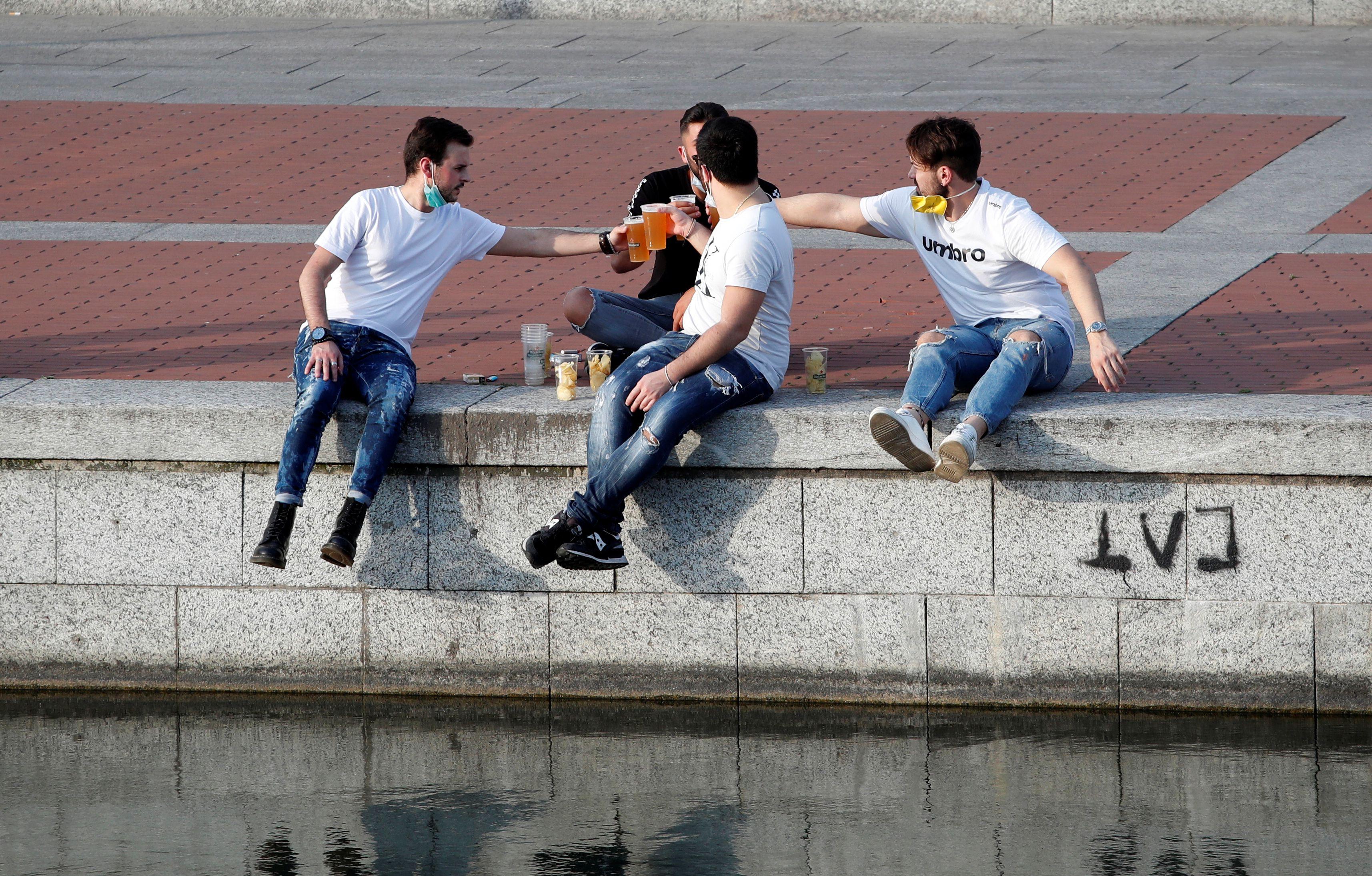 Unos jóvenes toman cerveza en la zona de los Navigli en Milán (REUTERS/Alessandro Garofalo)