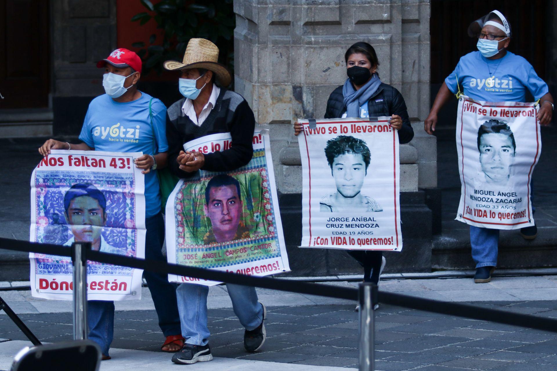 """CIUDAD DE MÉXICO, 26SEPTIEMBRE2020.- A seis años de la desaparición forzada de los 43 normalistas de la Normal Rural """"Raúl Isidro Burgos"""" de Ayotzinapa, Guerrero, el gobierno federal, encabezado por Andrés Manuel López Obrador, ofreció un informe con los avances de la nueva investigación iniciada durante su mandato. La cual reconocieron las propias madres y padres de los estudiantes que se encamina a averiguar la verdad, así como la caída completa de la llamada """"Verdad Histórica"""". FOTO: GALO CAÑAS/CUARTOSCURO.COM"""