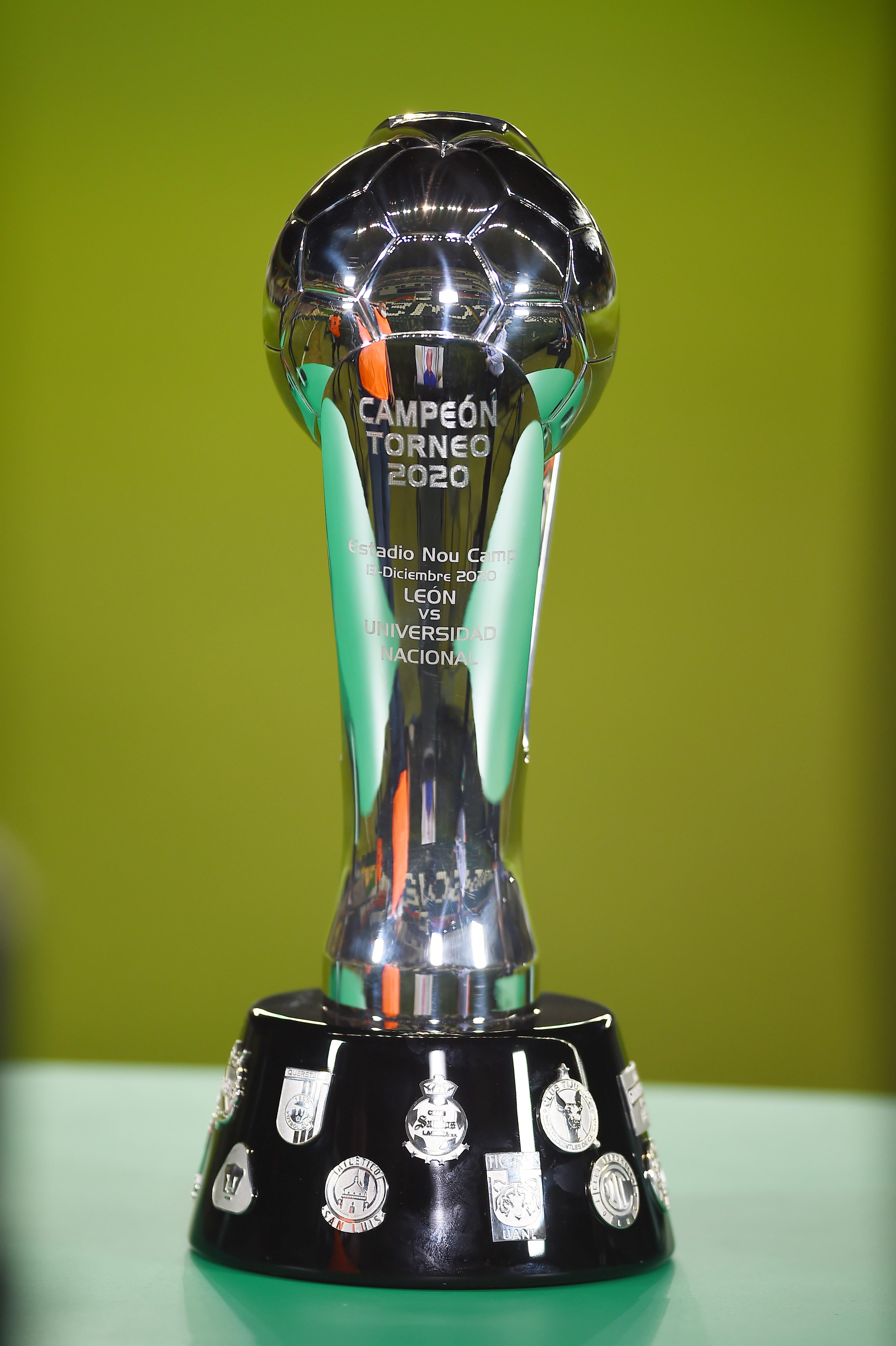 El trofeo de la Liga MX. Estadio León, México. El 13 de diciembre de 2020.