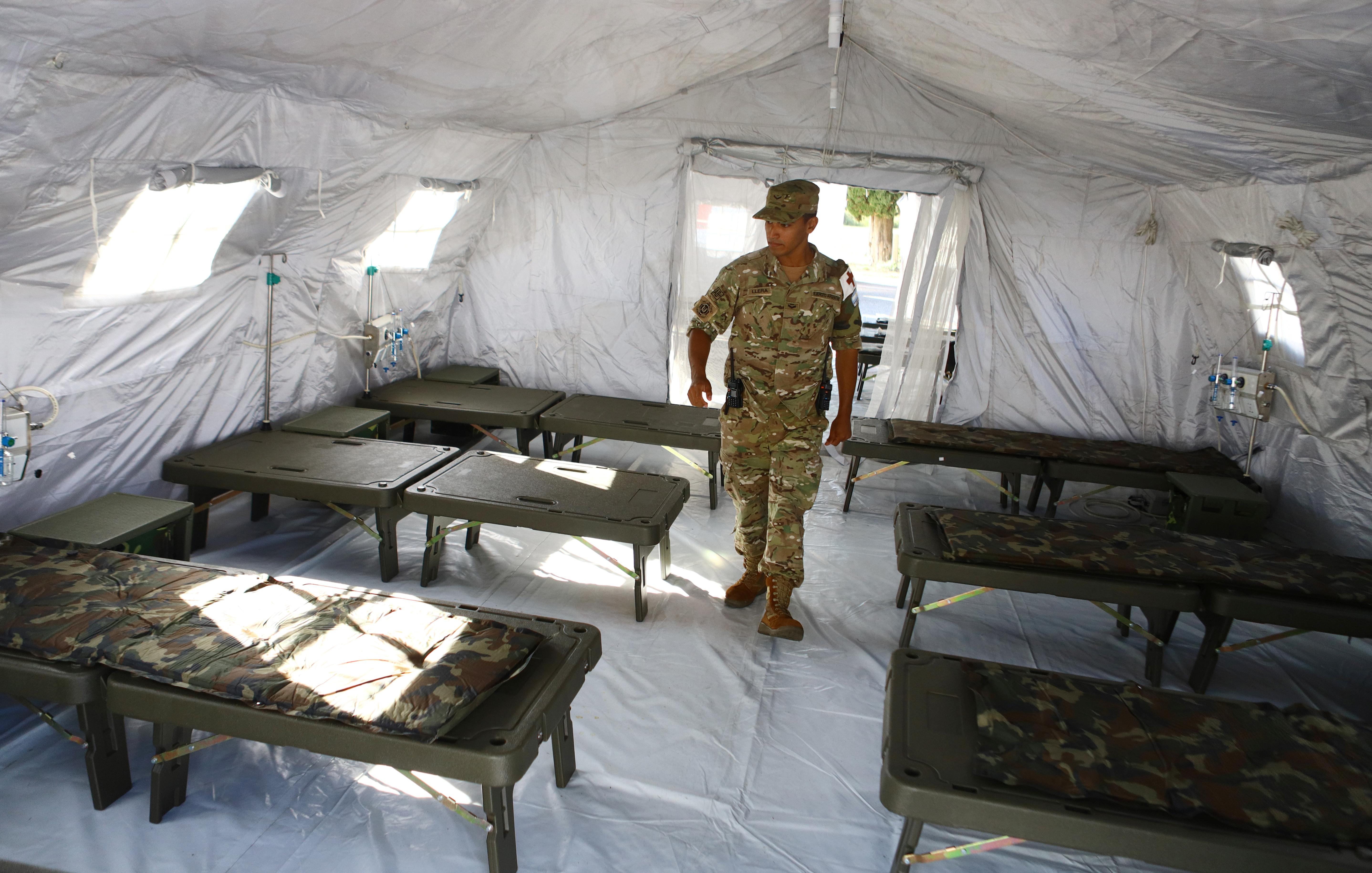 Una imagen del Hospital Militar Reubicable, que se instaló en Campo de Mayo para pacientes con COVID-19. Tiene tres unidades, y la principal es la médica, que consta de cinco módulos y cuatro carpas para internación de siete camas cada una, con posibilidad de tener provisión de oxígeno en cada cabecera. A esas 28 camas se le suma una unidad de emergencia provista con un equipo de rayos y diagnóstico por ultrasonido que incluye un equipo portátil, laboratorio bioquímico, un ecógrafo, y una central de comunicaciones.