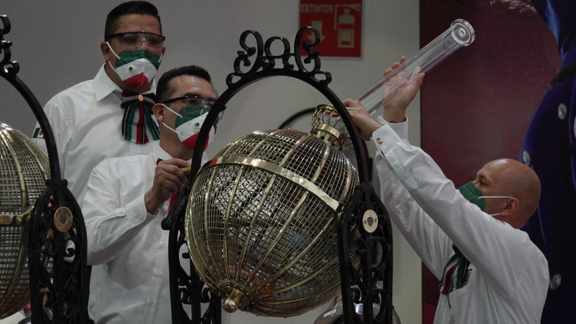 Trabajadores de la Lotería Nacional colocan las esferas con los números dentro de las tómbolas previo al sorteo (Foto: Cuartoscuro)