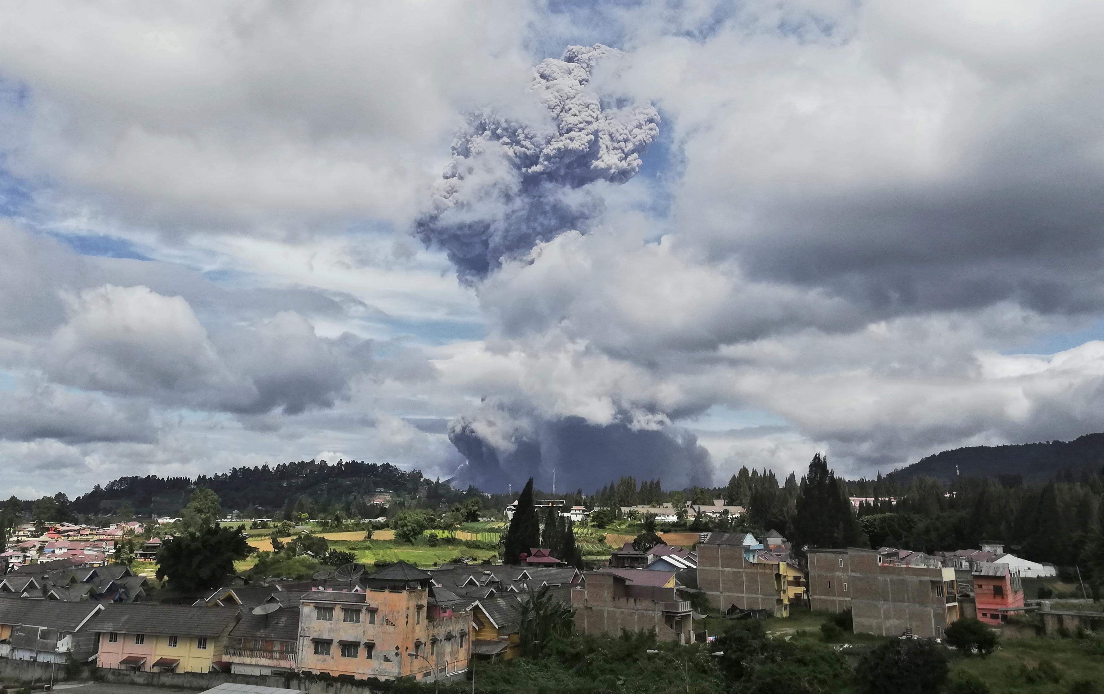 El volcán, uno de los dos que están en erupción actualmente en Indonesia, estuvo inactivo durante cuatro siglos antes de despertar en 2010, matando a dos personas. Otra erupción en 2014 mató a 16 personas, mientras que siete murieron en una erupción de 2016. (AP Photo/Sugeng Nuryono)