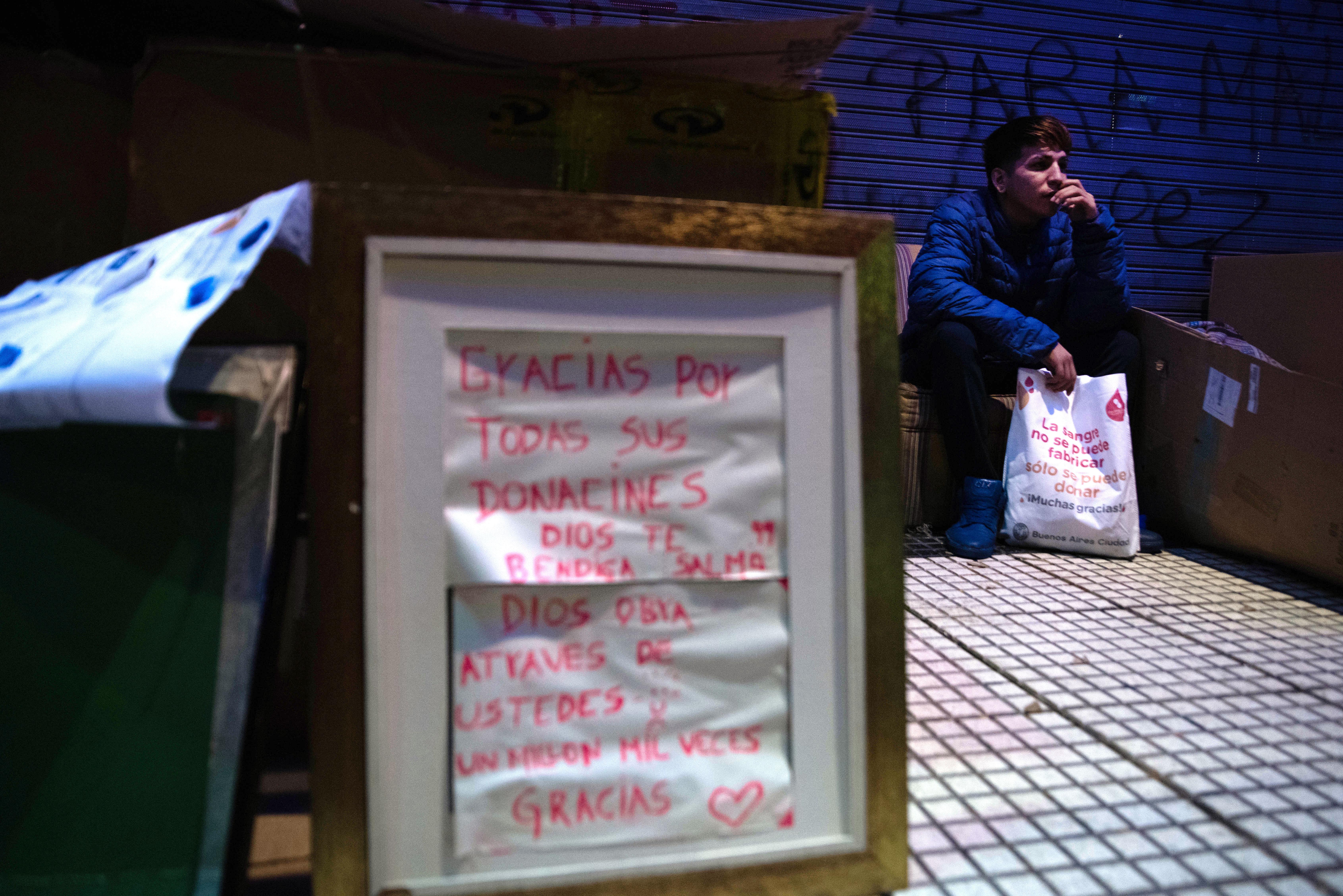 La mayoría de las personas en situación de calle vive de la solidaridad de los otros: personas que les llevan comida y ropa, alguien que les habilita una changa, restaurantes que les regalan los platos que sobran. Pero con la pandemia, los