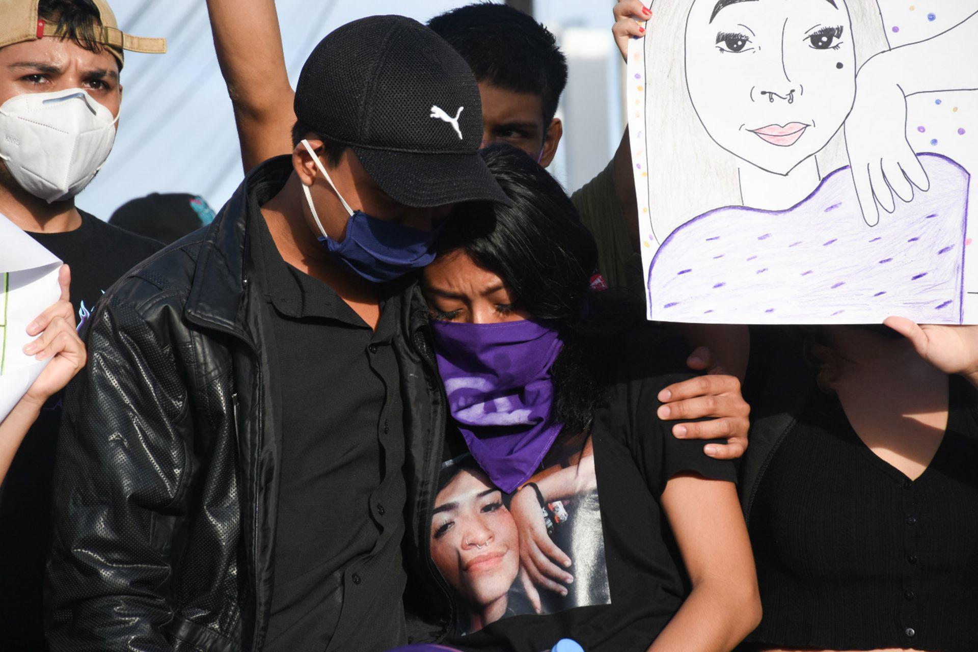 CANCÚN, QUINTANA ROO, 09NOVIEMBRE2020.- Familiares, amigos y mujeres se manifestaron por el feminicidio de Vianca Alejandría, quien estaba desaparecida y el día de ayer apareció su cuerpo, en el municipio de Benito Juárez. Los inconformes se concentraron en las inmediaciones de la fiscalía del estado, ahí rompieron y quemaron inmobiliario de la dependencia para exigir justicia. FOTO: ELIZABETH RUIZ/CUARTOSCURO.COM