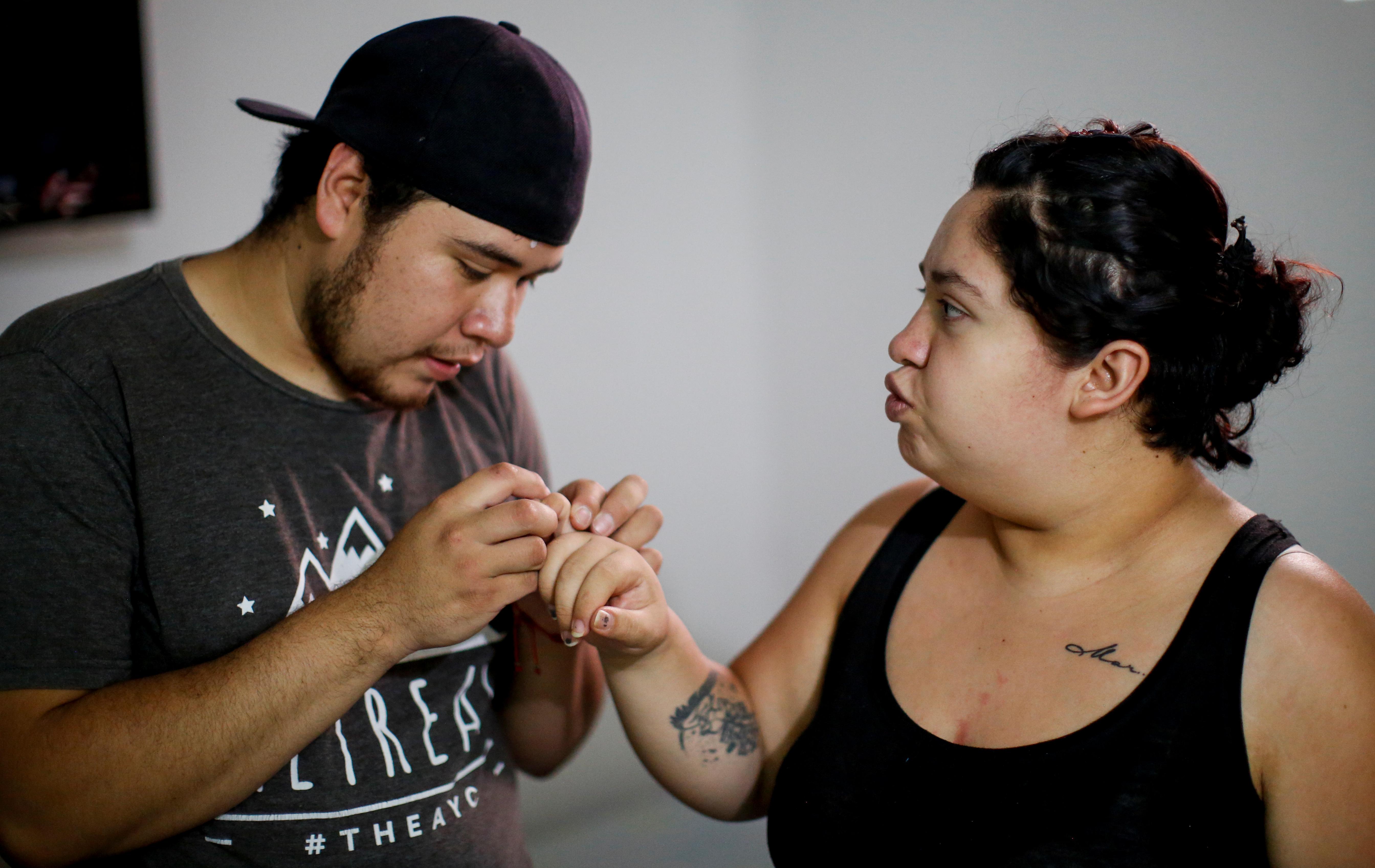 Karla López Range muestra una picadura de mosquito en su dedo a su esposo Miguel Flores Torres, en su casa en Xochimilco, Ciudad de México, México, junio 17, 2020. Foto: REUTERS / Gustavo Graf.