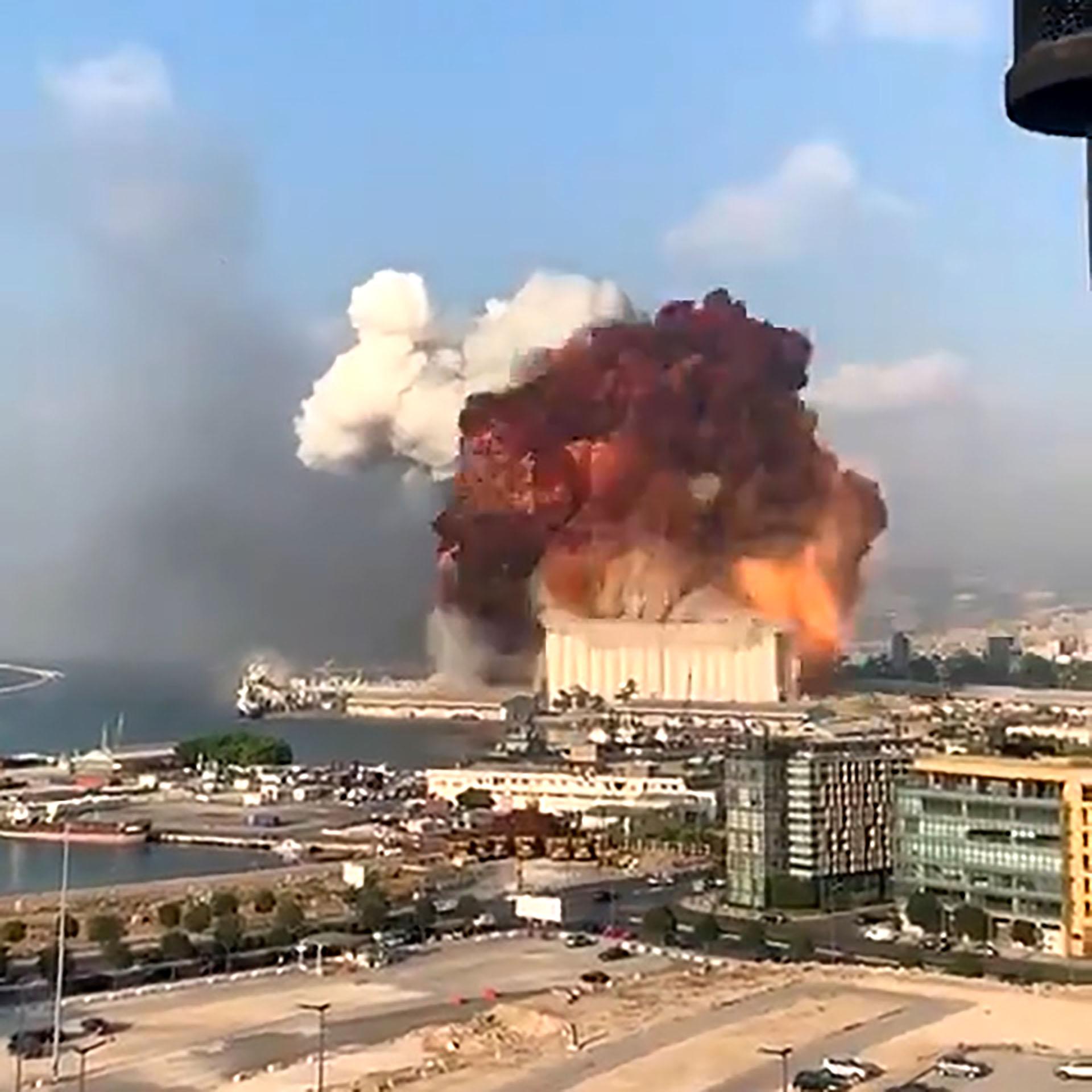 El estremecedor instante de una de las explosiones en Beirut (captura de video)