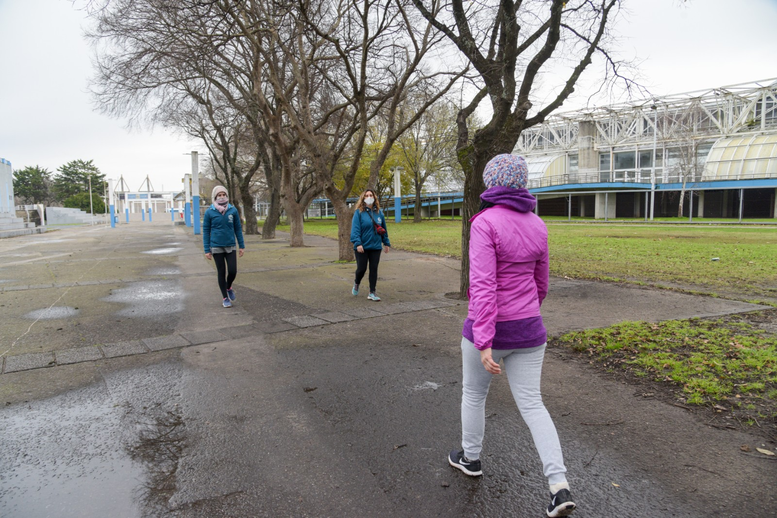 En la zona del Estadio Mundialista José María Minella, un grupo de mujeres camina con todo el protocolo de seguridad: tapabocas y distanciamiento.