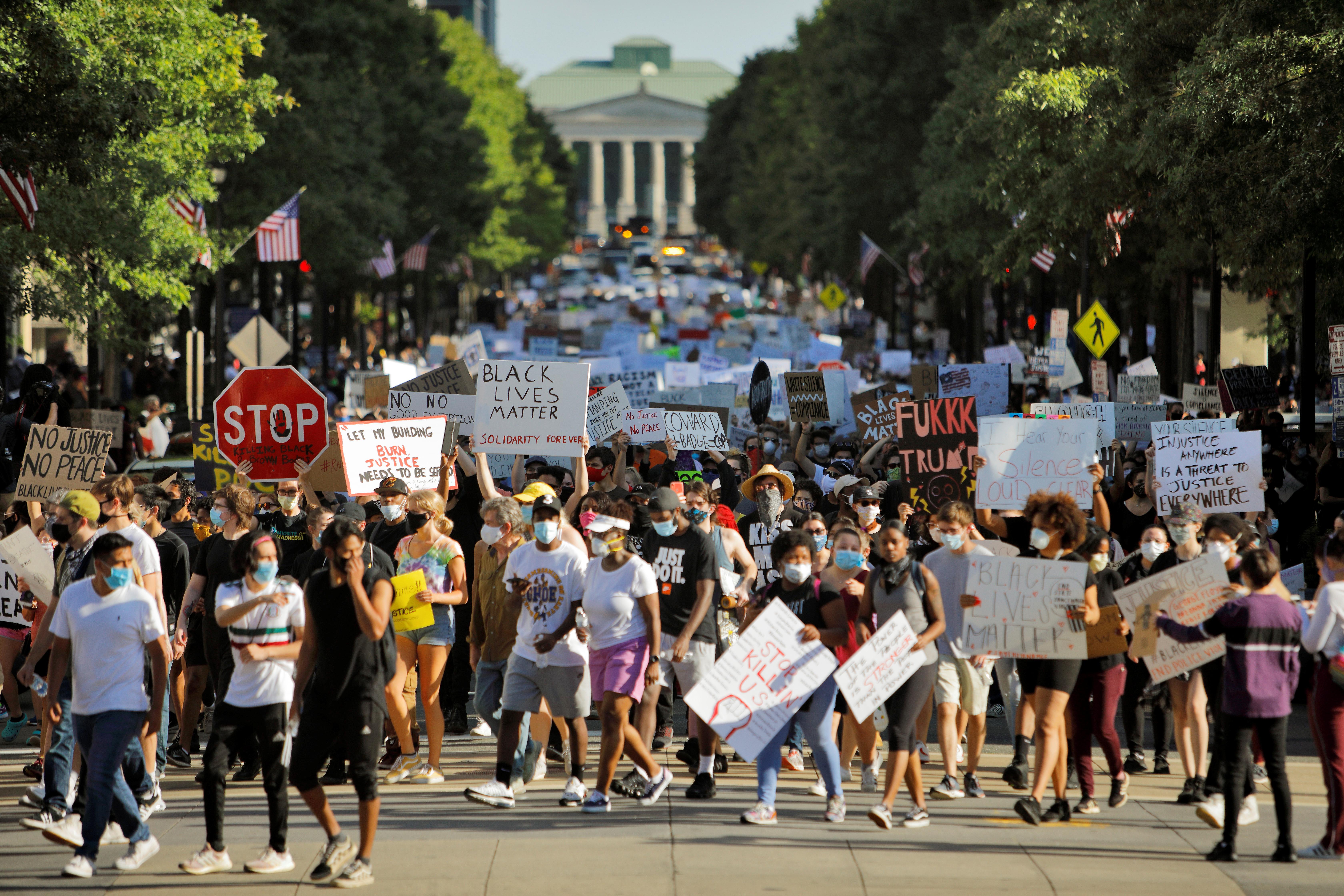 Personas toman las calles en Carolina del Norte
