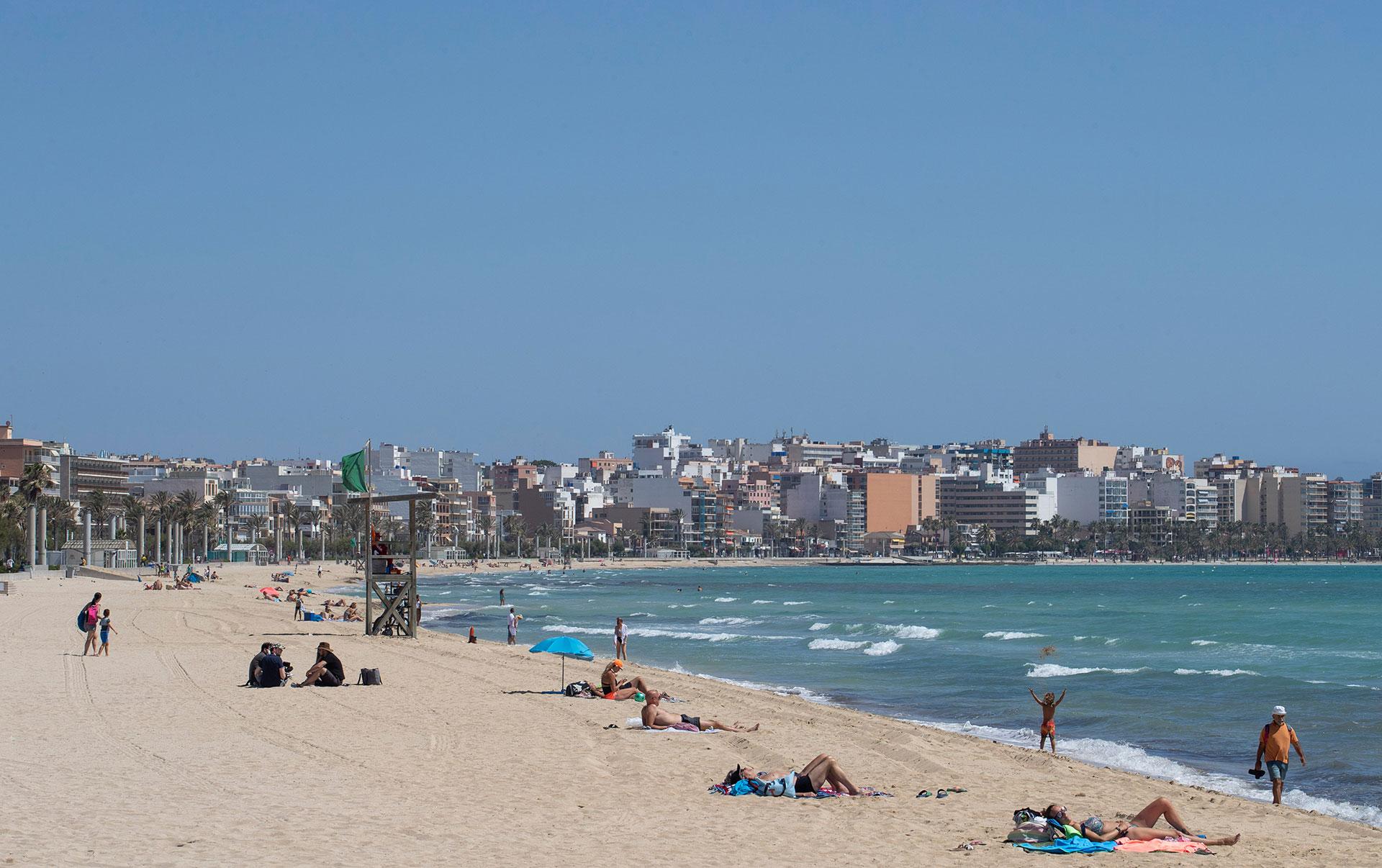 La playa de Palma de Mallorca comienza a ocuparse con turistas con la habilitación desde este lunes de los vuelos desde Alemania.