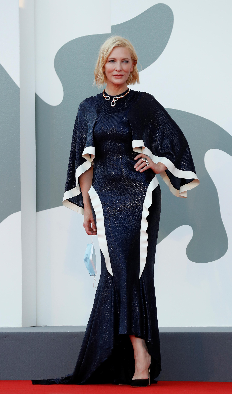 Cate Blanchett para posar en la alfombra roja de Venecia eligió al diseñador Esteban Cortázar con un vestido íntegramente realizado en lentejuelas color azul marino con detalles en los bordes de color blanco