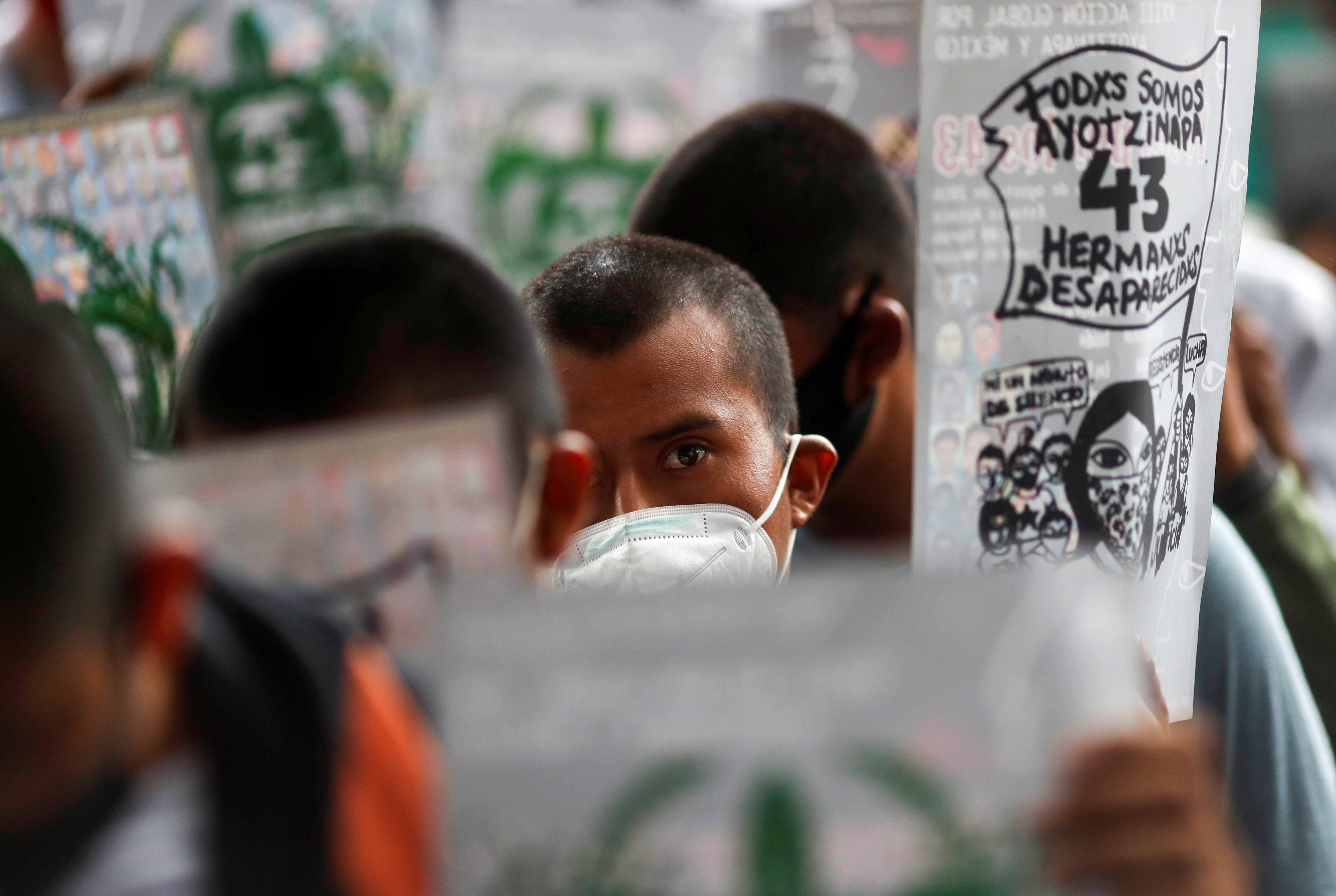 Estudiantes de la Escuela Normal Rural de Ayotzinapa sostienen carteles durante una protesta frente a la Fiscalía General antes del sexto aniversario de la desaparición de 43 estudiantes, en la Ciudad de México, México, 25 de septiembre de 2020.