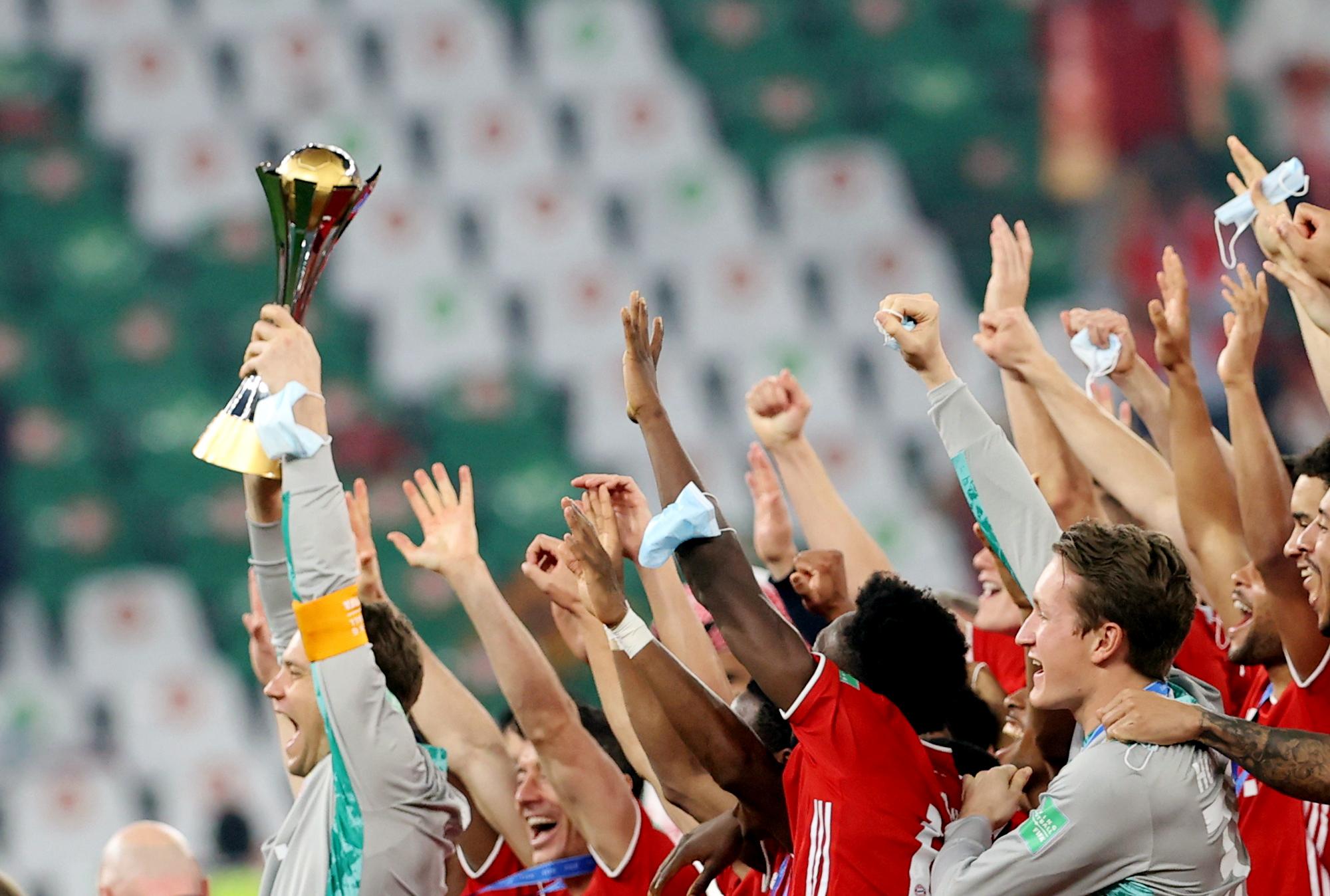 Bayern Múnich celebra con la Copa del Mundial de Clubes 2021.