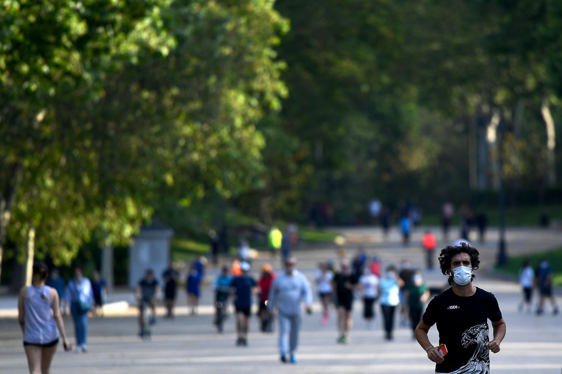 El parque de el Retiro en Madrid. Madrid, Barcelona y gran parte de Castilla y León entran en la primera fase de un desconfinamiento progresivo iniciado en el país hace quince días. (Gabriel BOUYS / AFP)