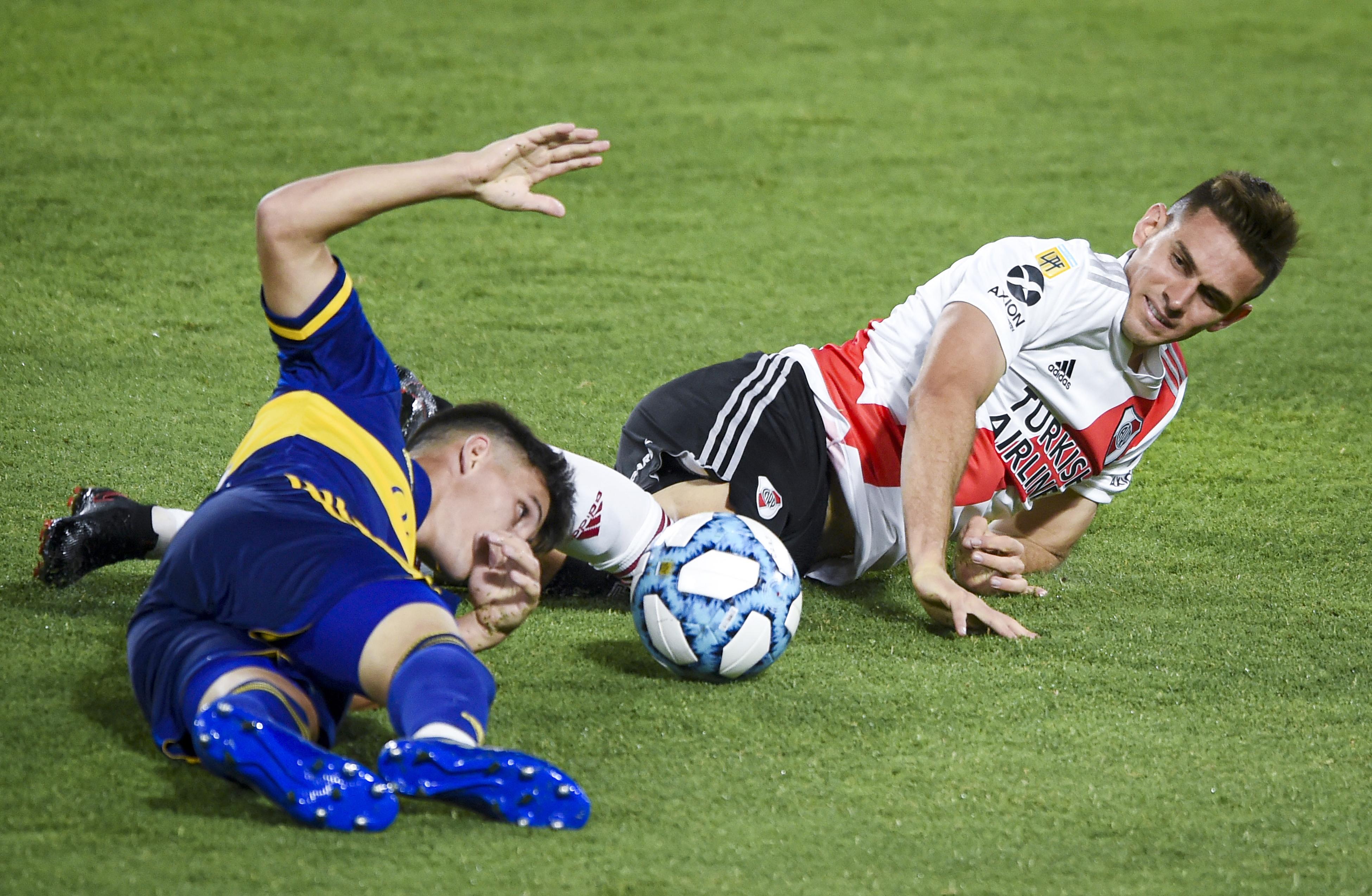 Dejaron todo: lo prueban Borré y Capaldo en el césped del estadio Alberto J. Armando (REUTERS/Marcelo Endelli)
