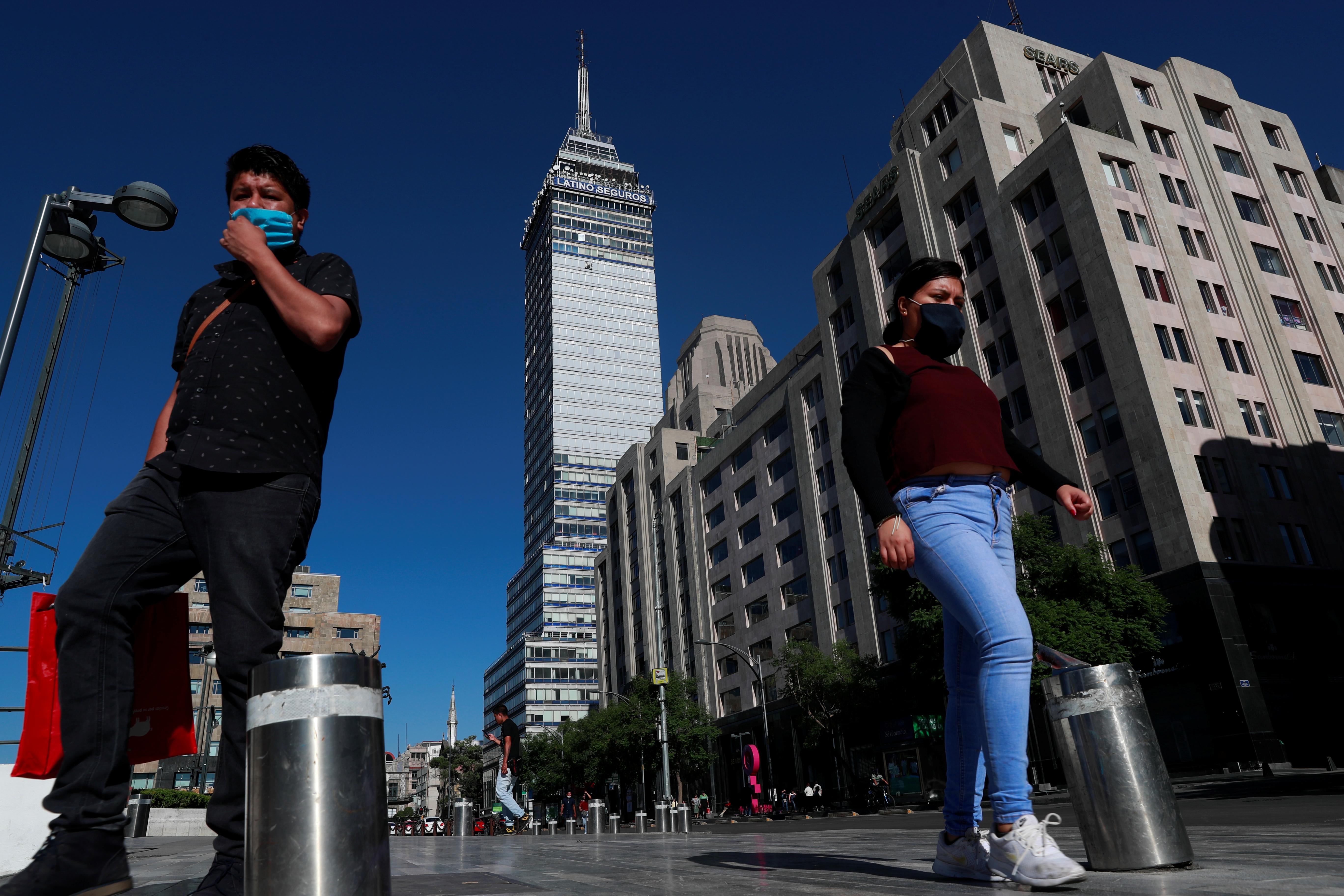 La gente camina a lo largo del Parque Central de la Alameda después de que fue reabierta al público mientras el brote de la enfermedad por coronavirus (COVID-19) continúa en la Ciudad de México, México, 14 de junio de 2020. Foto: Reuters.