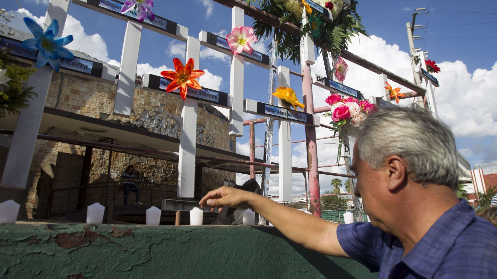 Un hombre prende una veladora en el memorial a los fallecidos en el atentado la Casino Royale (Foto: Cuartoscuro)