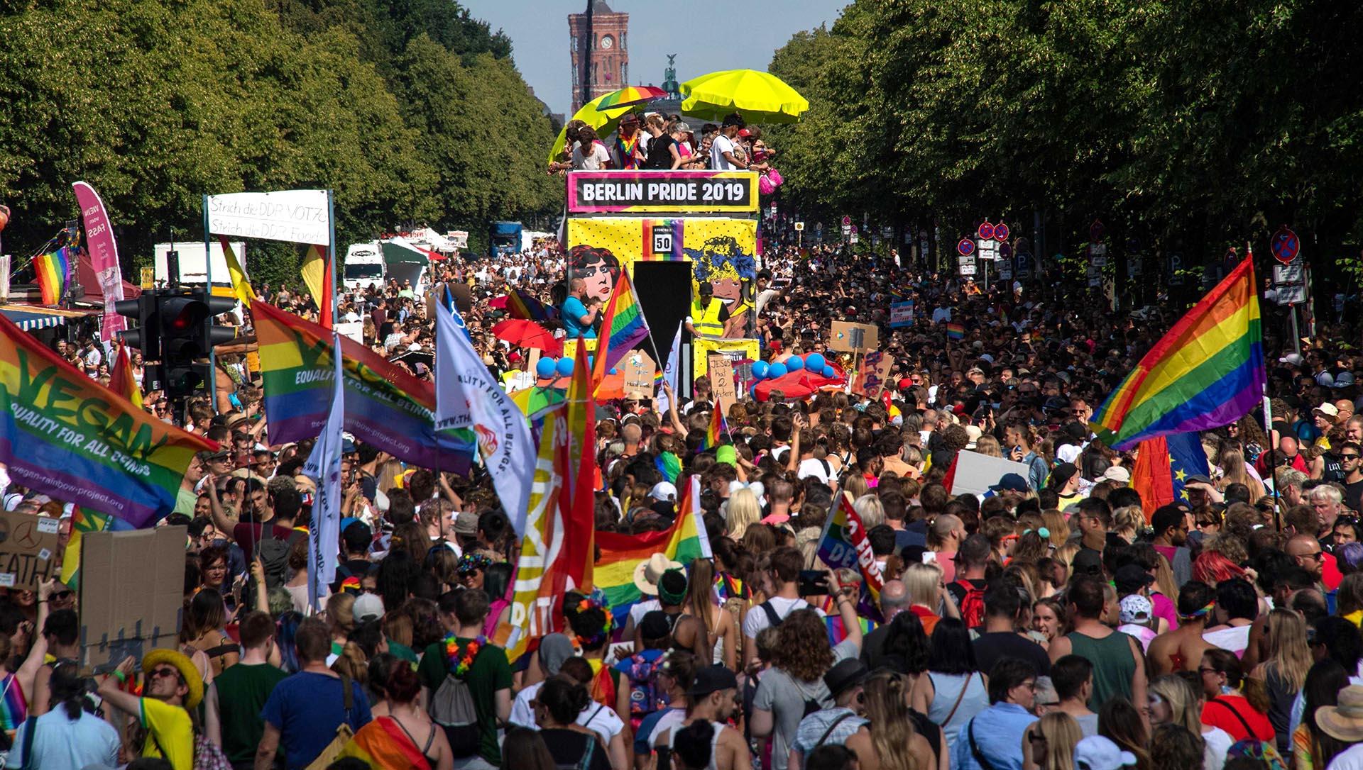 Una carroza se abre paso entre una multitud de espectadores durante el desfile del orgullo Christopher Street Day por las calles de Berlín el 27 de julio de 2019