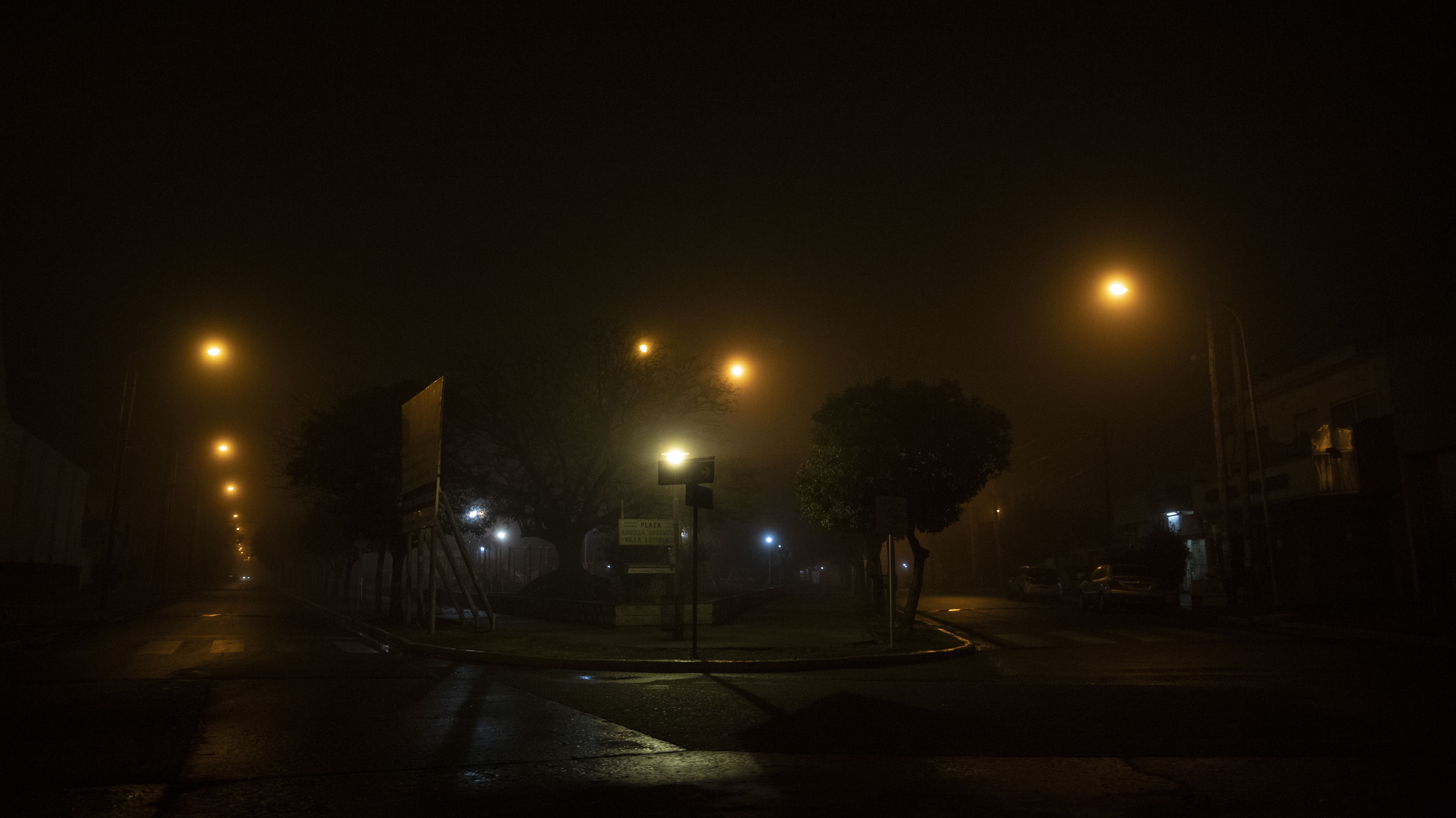 La única diferencia entre neblina y niebla es la intensidad de las partículas, que se expresa en términos de visibilidad: si el fenómeno da una visión de 1.000 metros o menos, es considerado como niebla; y si permite ver a más de 1.000 metros, el fenómeno es considerado como neblina.