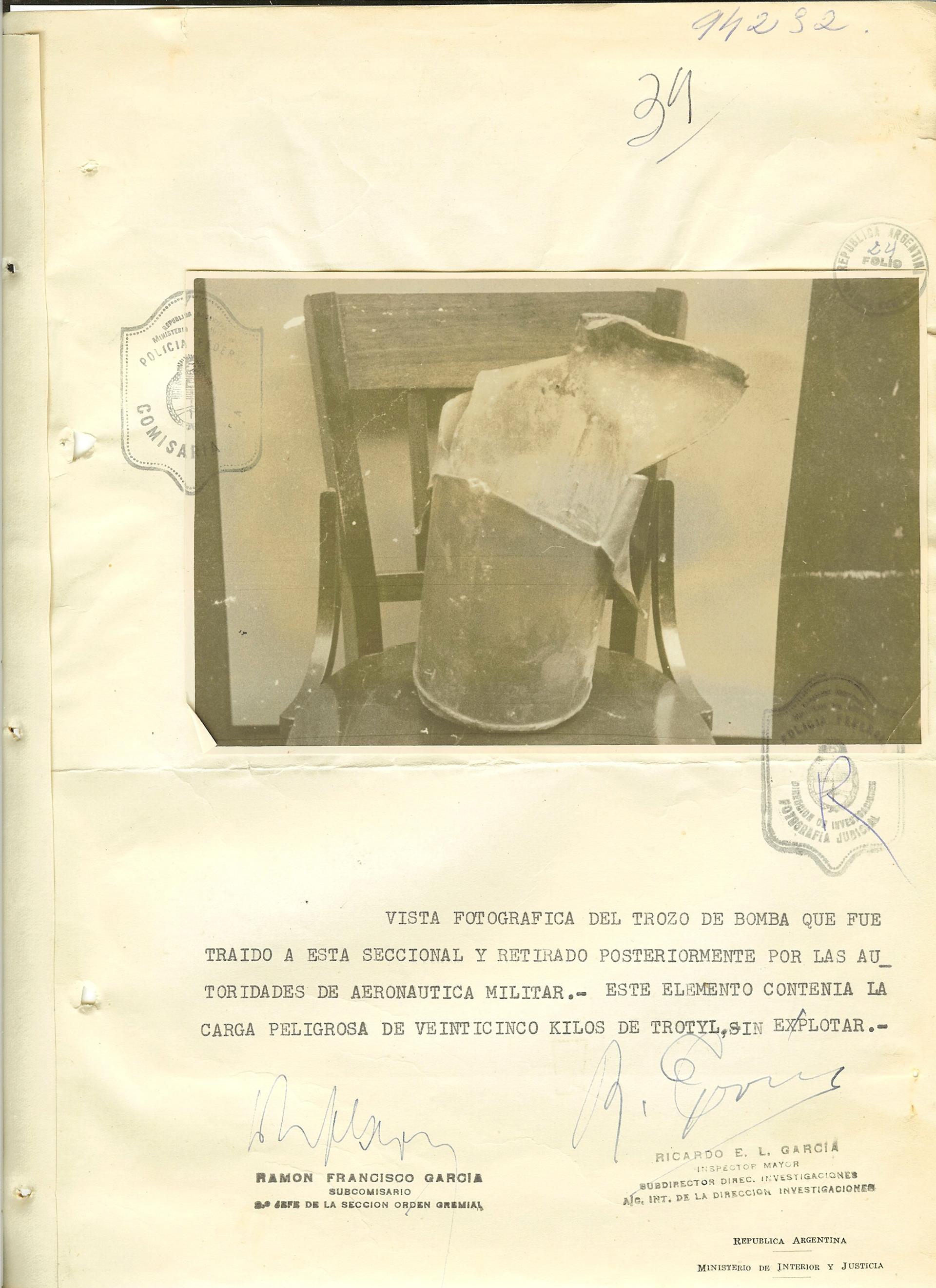 Parte de una de las bombas que no explotó y que fue incautada por los policías. Tenía 25 kilos de trotyl.