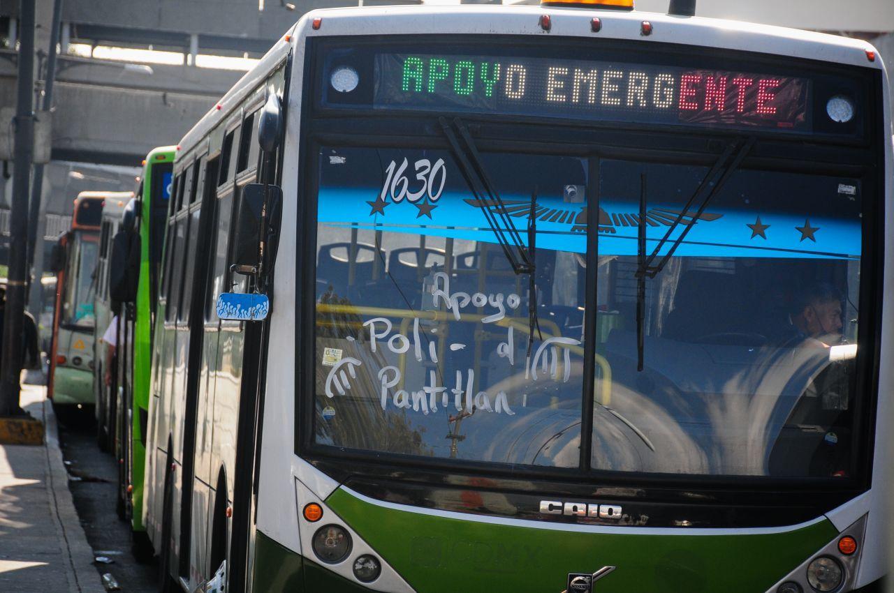 10 de enero de 2021. Ciudad de México. Con el incendio de ayer acontecido en el Centro de Comando del Sistema de Transporte Colectivo Metro, las Líneas 1,2,3,4,5 y 6 dejaron de funcionar afectando a miles de usuarios que batalla para encontrar transporte que los lleve a su destino, el gobierno local implementó el uso de camiones RTP así como vehículos de la policía para ayudarlos a llegar a sus destino. En el CETRAM Pantitlán varios autobuses se encuentran formados afuera de las estaciones del metro para apoyar a los usuarios.