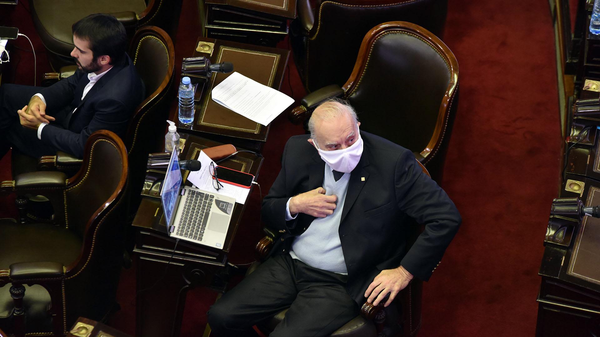 Tanto en el Senado como en Diputados, previo al inicio de la sesión, los legisladores se presentaron con sus correspondientes tapabocas