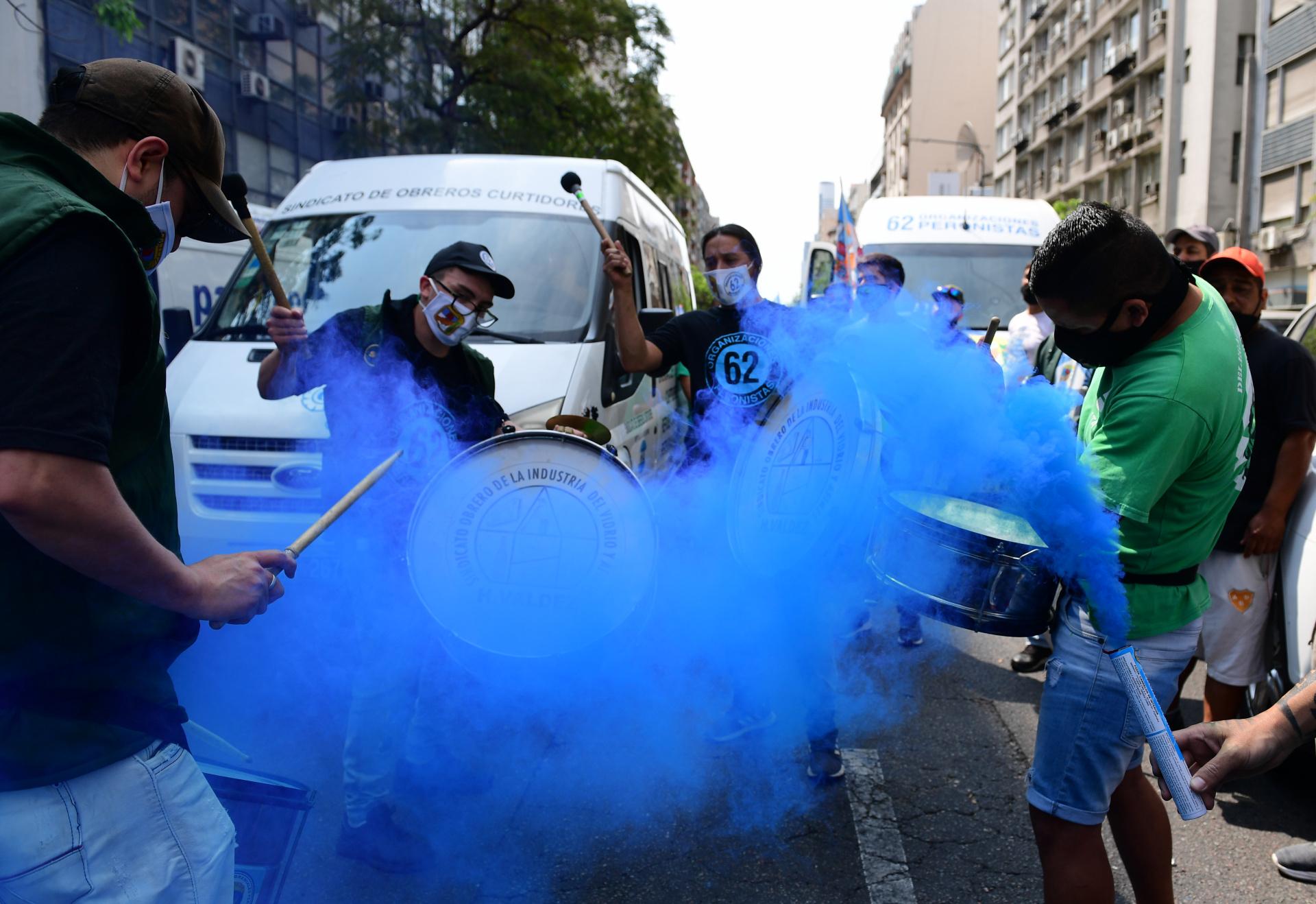 Durante la marcha, con bombos y consignas, los trabajadores transmitieron su apoyo al Gobierno