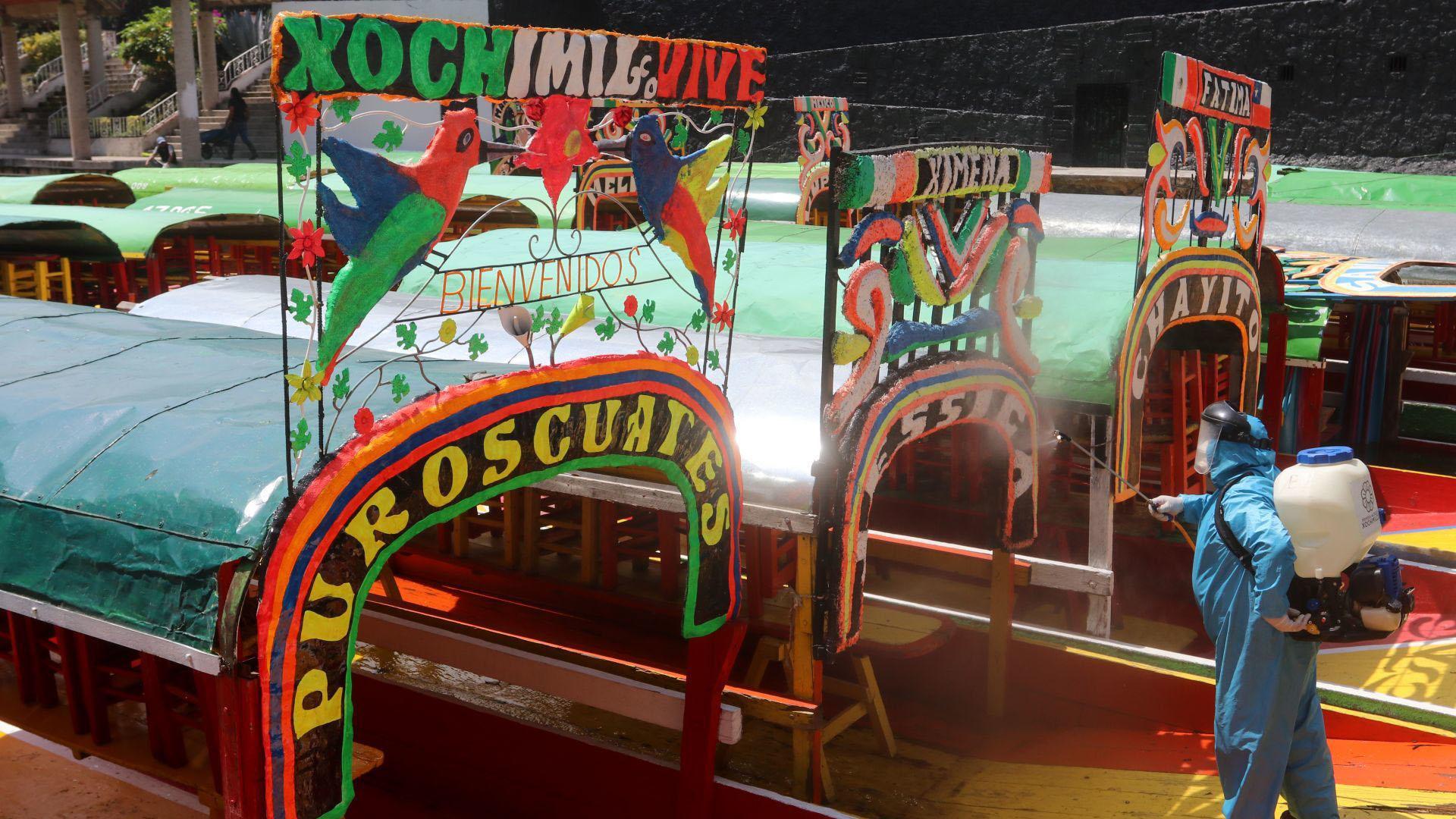 Las trajineras fueron desinfectadas por personal de la alcaldía Xochimilco para evitar que las superficies de las embarcaciones estuvieran contaminadas (Foto: Cuartoscuro)
