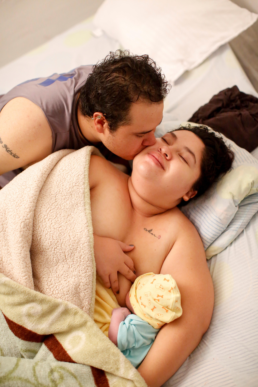 Miguel Flores Torres besa a su esposa Karla López Rangel mientras amamanta a su hijo recién nacido Sabino Yoehi Flores López, después de dar a luz en su casa, durante el brote de la enfermedad por coronavirus (COVID-19), en Xochimilco, Ciudad de México. , México, 25 de mayo de 2020. Foto: REUTERS / Gustavo Graf.
