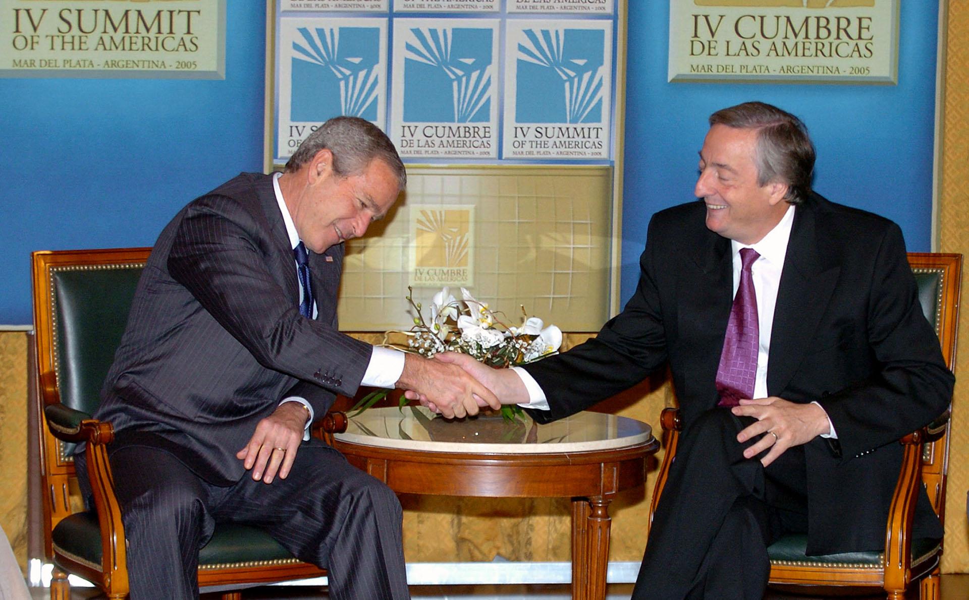 El presidente norteamericano George W. Bush saluda a su par argentino Nestor Kirchner al iniciar la reunión bilateral