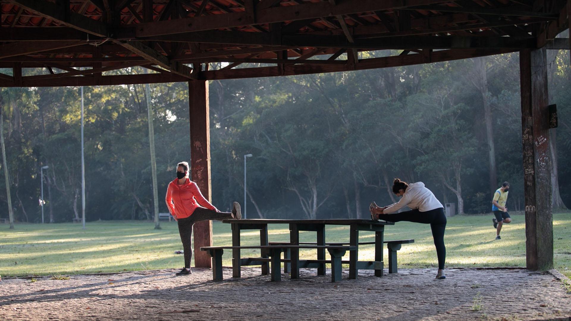 Dos personas haciendo deporte en un parque (Patricia Monteiro/Bloomberg)